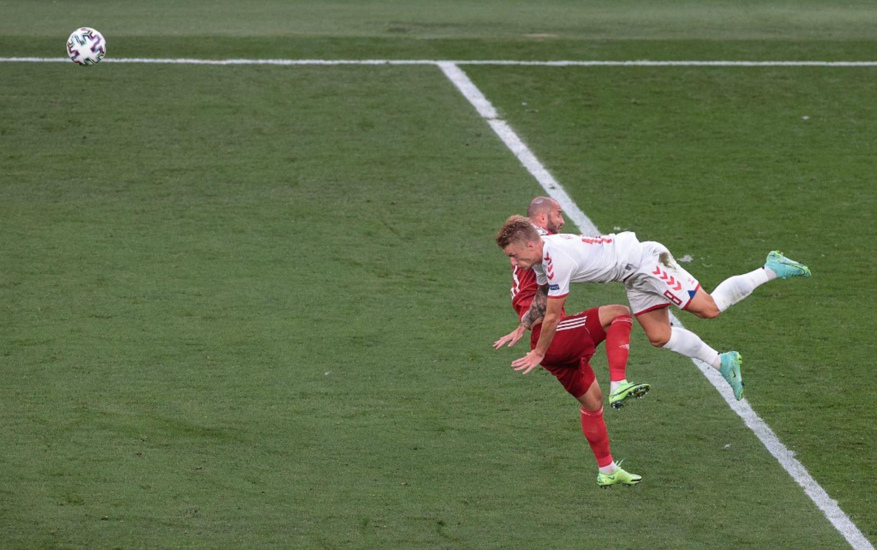 El defensor de Rusia Fedor Kudryashov (L) y el defensor de Dinamarca Daniel Wass caen después de una colisión durante el partido de fútbol del Grupo B de la UEFA EURO 2020 entre Rusia y Dinamarca en el estadio Parken de Copenhague el 21 de junio de 2021. Foto: AFP