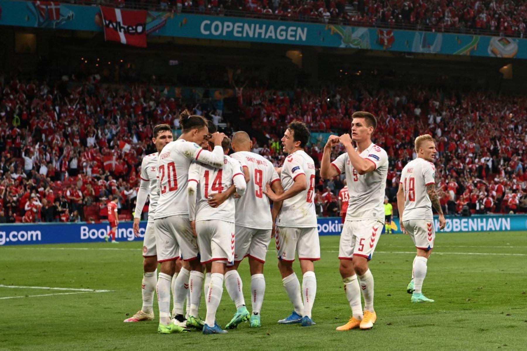 El delantero danés Mikkel Damsgaard (C) celebra con sus compañeros de equipo tras anotar el primer gol de su equipo durante el partido de fútbol del Grupo B de la UEFA EURO 2020 entre Rusia y Dinamarca en el estadio Parken de Copenhague el 21 de junio de 2021. Foto: AFP