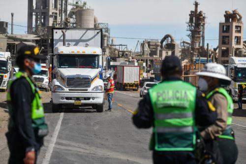 Policía y Sutran controlan ingreso a Arequipa para respetar cerco epidemiológico.