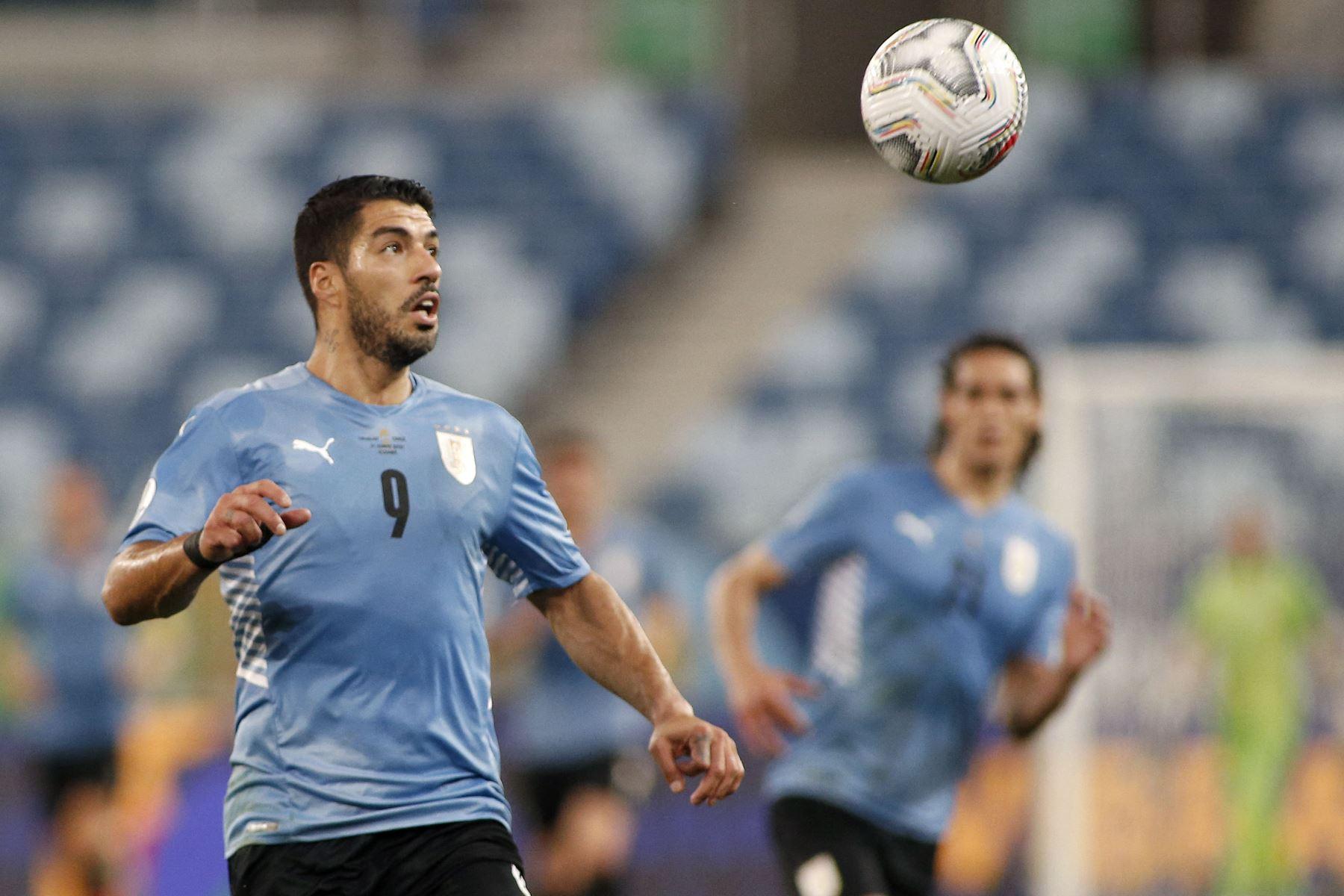 El uruguayo Luis Suárez mira el balón durante el partido de la fase de grupos del torneo de fútbol Conmebol Copa América 2021 contra Chile en el Pantanal Arena de Cuiabá, Brasil. Foto: AFP