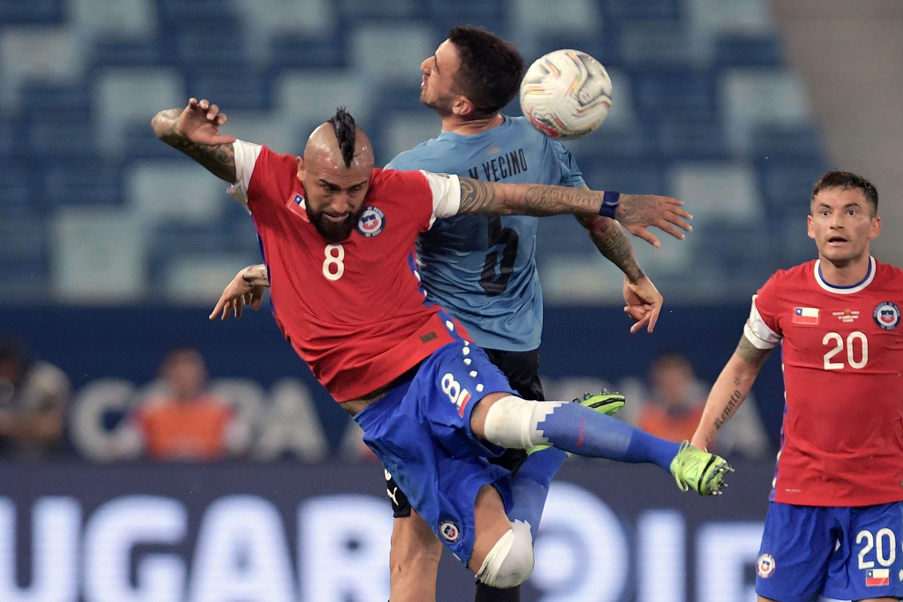 El chileno Arturo Vidal y el uruguayo Matías Vecino compiten por el balón durante el partido de la fase de grupos del torneo de fútbol Conmebol Copa América 2021 en el Pantanal Arena de Cuiabá, Brasil. Foto: AFP