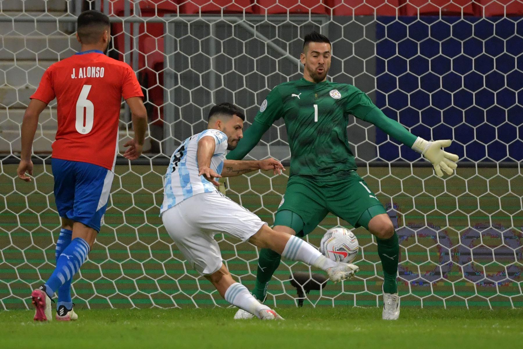 Sergio Agüero de Argentina no logra anotar contra Paraguay durante el partido de la fase de grupos del torneo de fútbol Conmebol Copa América 2021 en el Estadio Mane Garrincha en Brasilia. Foto: AFP
