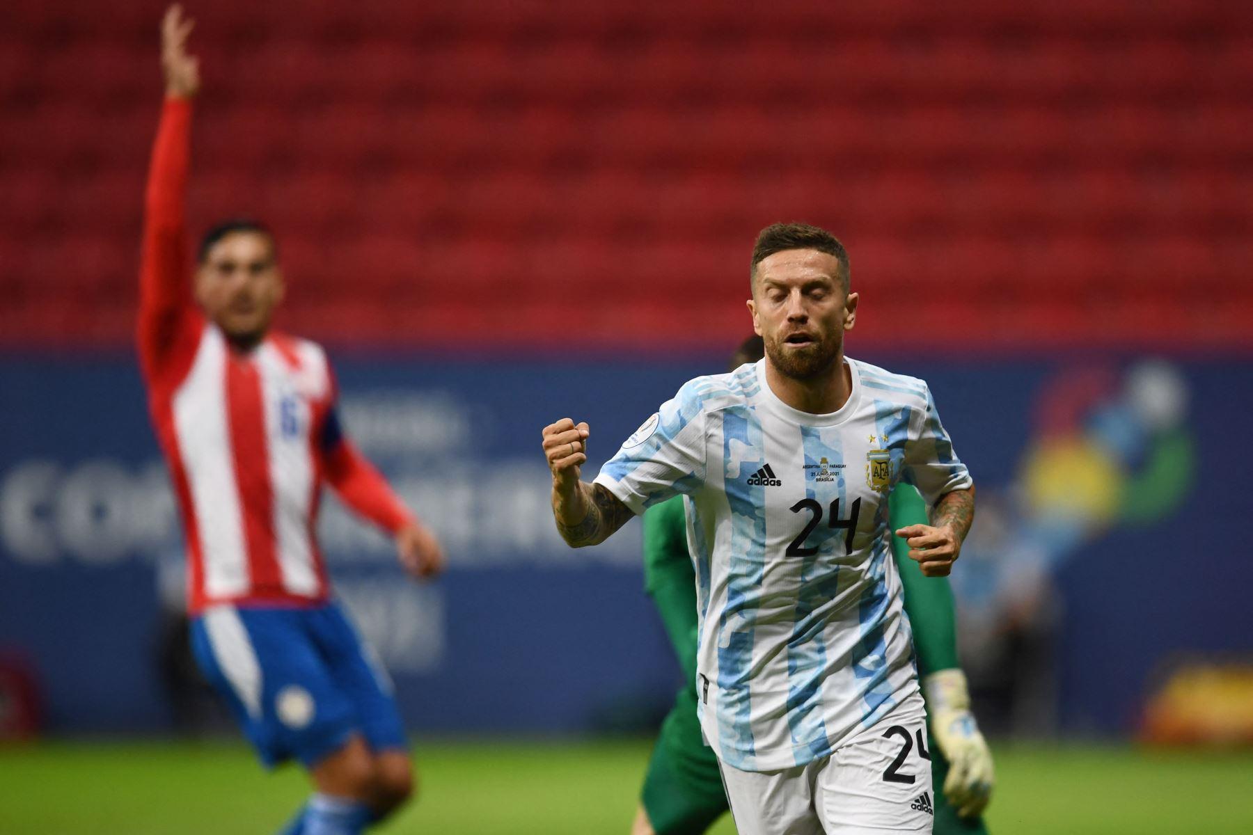 El argentino Alejandro Gómez celebra tras anotar contra Paraguay durante el partido de la fase de grupos del torneo de fútbol Conmebol Copa América 2021 en el Estadio Mane Garrincha de Brasilia. Foto: AFP