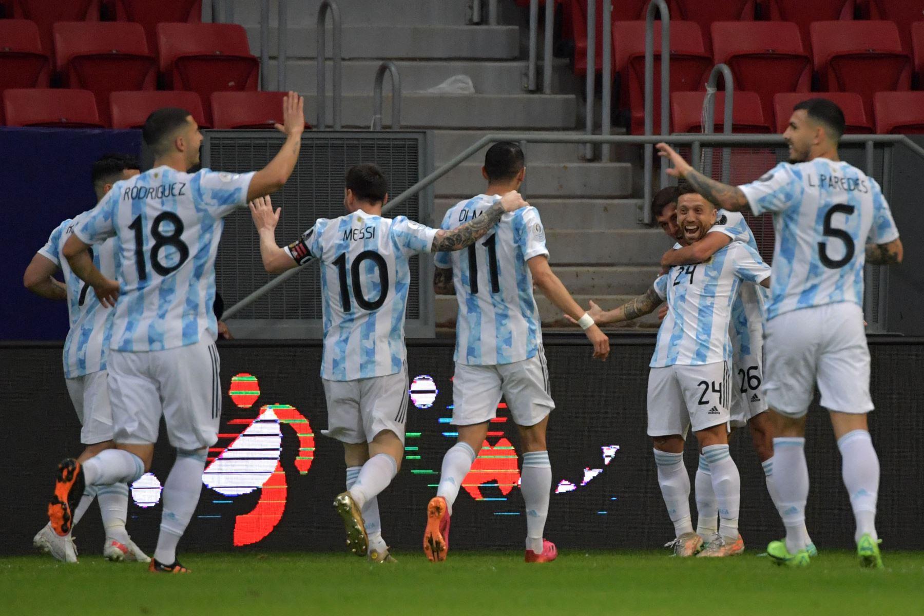 El argentino Alejandro Gómez  celebra con sus compañeros de equipo tras anotar contra Paraguay durante el partido de la fase de grupos del torneo de fútbol Conmebol Copa América 2021 en el estadio Mane Garrincha de Brasilia. Foto: AFP