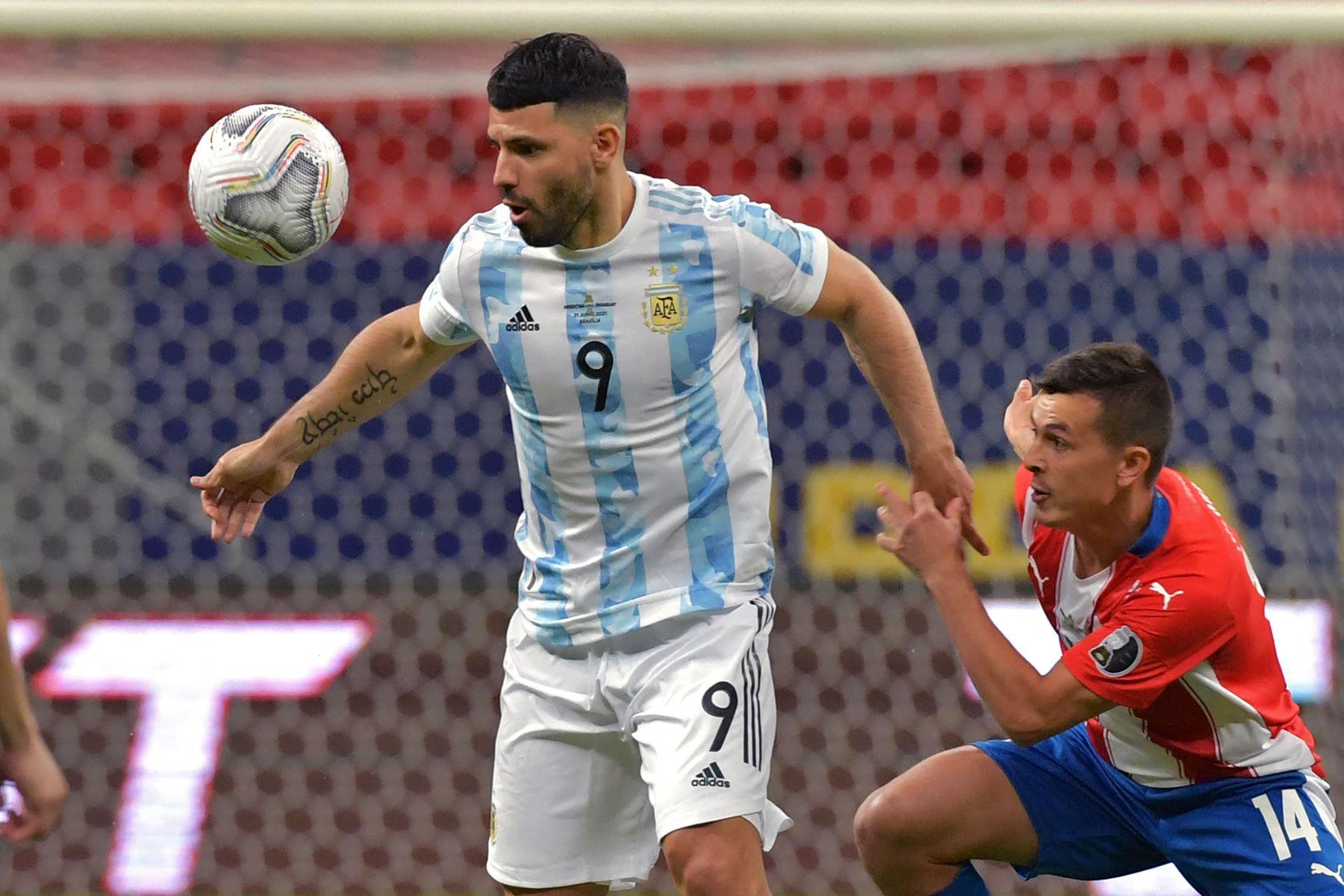 El argentino Sergio Agüero y el paraguayo Andrés Cubas compiten por el balón durante el partido de la fase de grupos del torneo de fútbol Conmebol Copa América 2021 en el estadio Mane Garrincha de Brasilia. Foto:  AFP