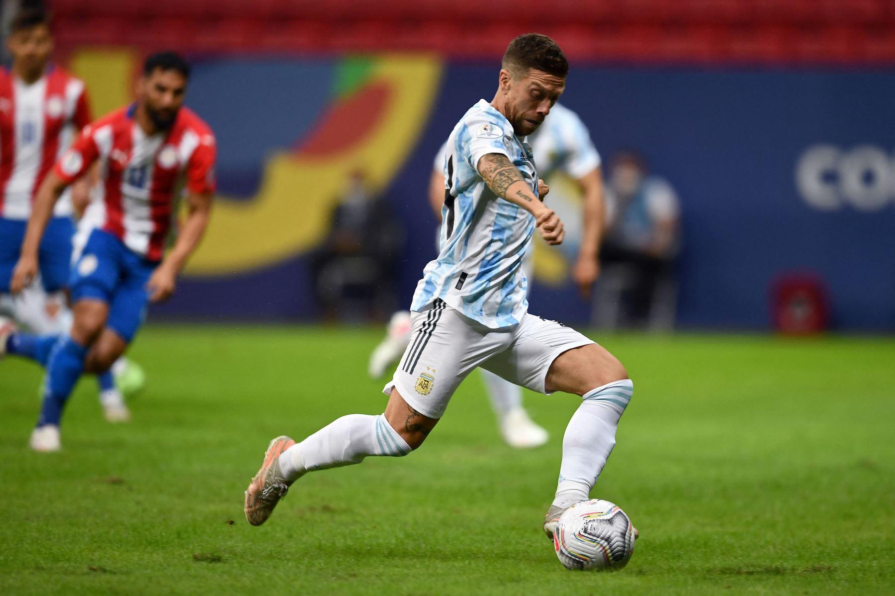 El argentino Alejandro Gómez controla el balón durante el partido de la fase de grupos del torneo de fútbol Conmebol Copa América 2021 entre Argentina y Paraguay en el Estadio Mane Garrincha de Brasilia. Foto: AFP