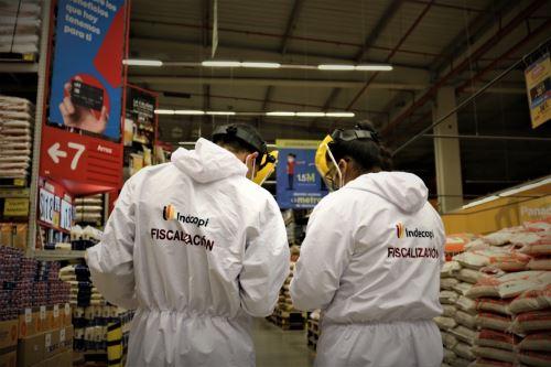 Fiscalización del etiquetado de empaques de arroz, realizado por el Indecopi. Foto: Cortesía.