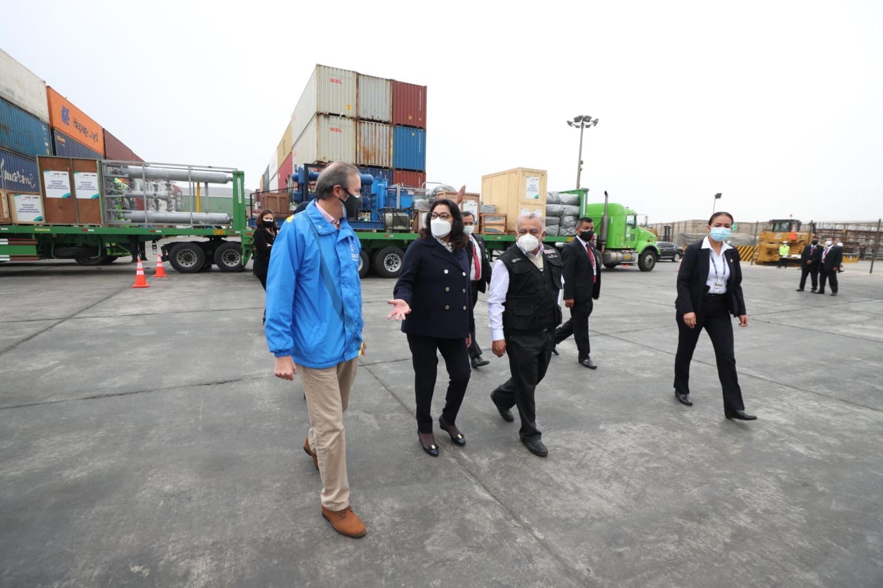 La jefa del Gabinete, Violeta Bermúdez, junto al titular del MTC, Eduardo González, supervisan la llegada de la planta criogénica-fábrica de oxígeno destinada a la ciudad de Pacasmayo, en La Libertad. Foto: ANDINA/PCM