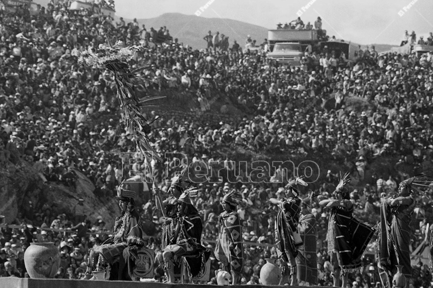 Lima - 24 junio 1975 / Celebración del Inti Raymi o Fiesta del Sol en la explanada de la fortaleza de Sacsayhuamán en la ciudad del Cusco. Foto: Archivo Histórico de El Peruano / Oswaldo Sánchez