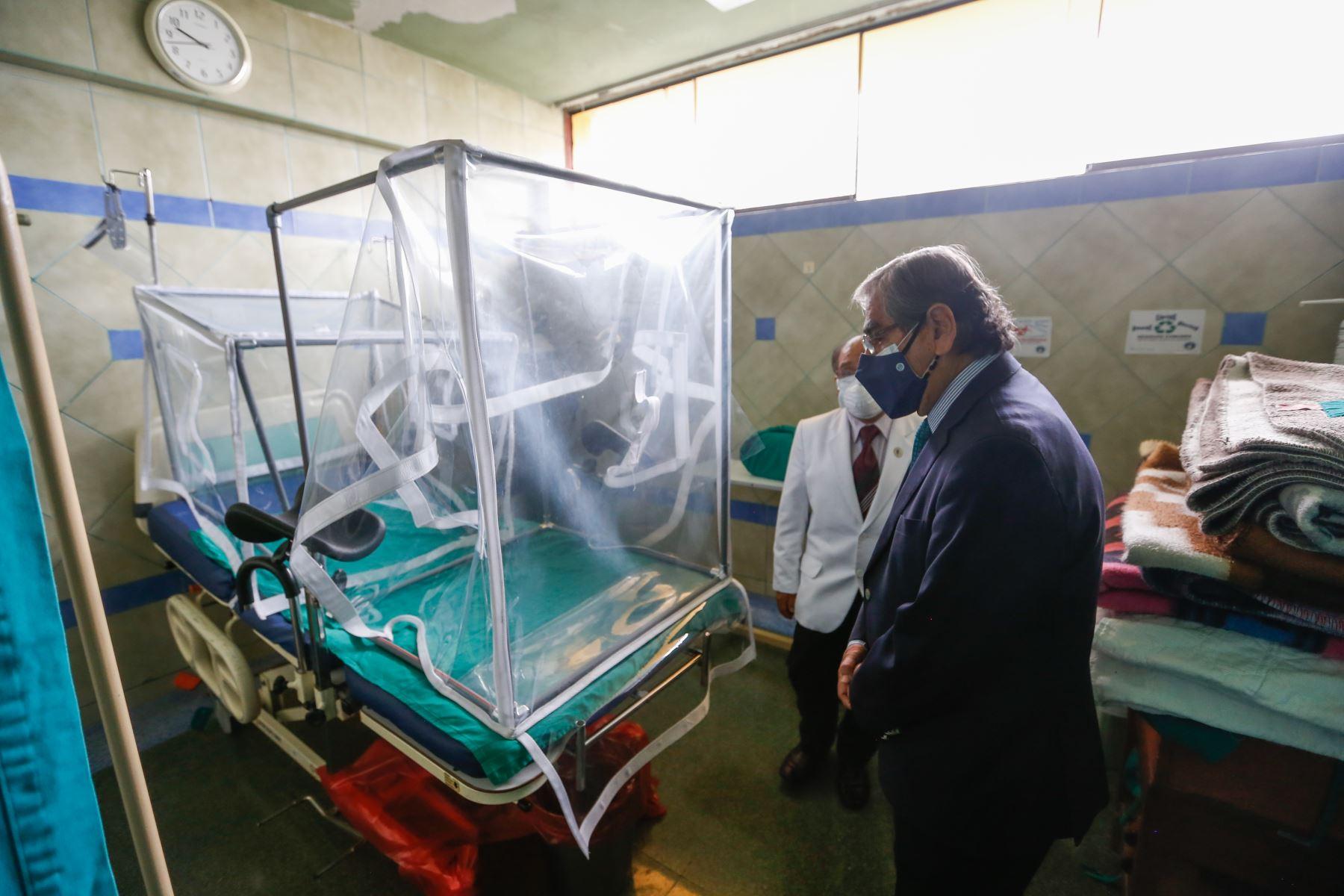 El ministro Ugarte, junto con el director del Hospital Santa Rosa, Óscar Zúñiga, también visitó el remodelado Centro Obstétrico del nosocomio, que atiende alrededor de 200 partos mensuales. Foto: ANDINA/ MINSA