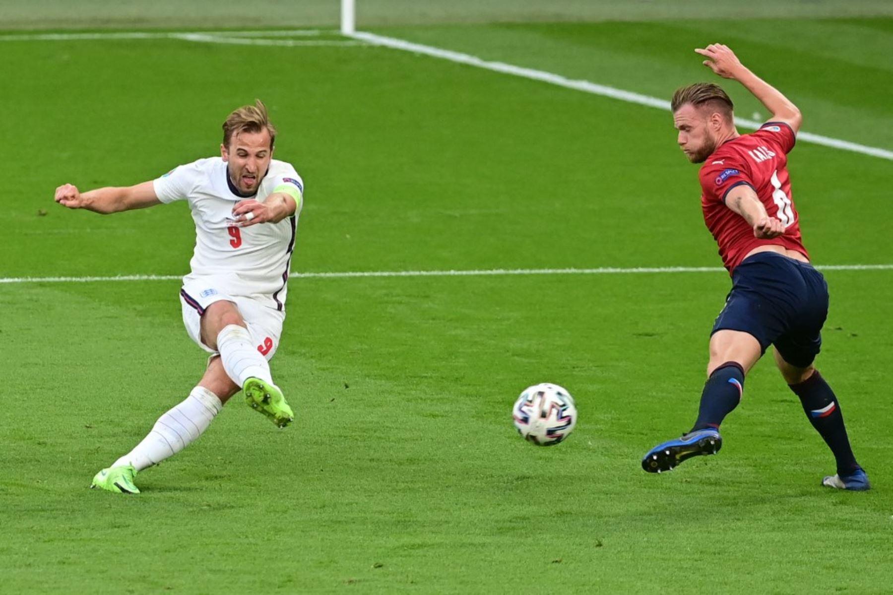 El delantero de Inglaterra Harry Kane (izq.) Dispara al defensor de la República Checa Tomas Kalas durante el partido de fútbol del Grupo D de la UEFA EURO 2020 entre la República Checa e Inglaterra en el estadio de Wembley en Londres el 22 de junio de 2021. Foto: AFP