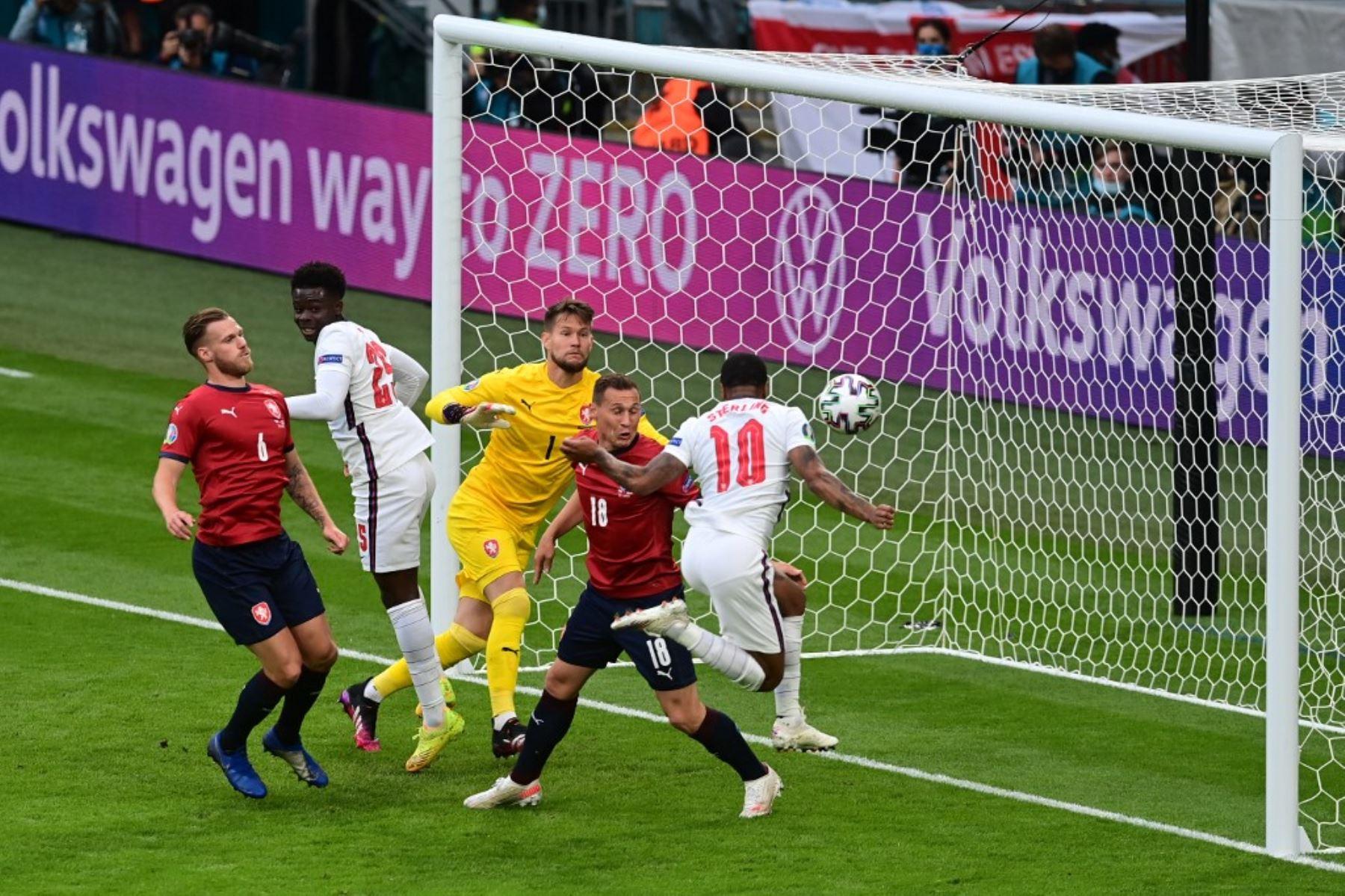 El delantero inglés Raheem Sterling (R) marca el gol de apertura durante el partido de fútbol del Grupo D de la UEFA EURO 2020 entre la República Checa e Inglaterra en el estadio de Wembley en Londres el 22 de junio de 2021. Foto: AFP