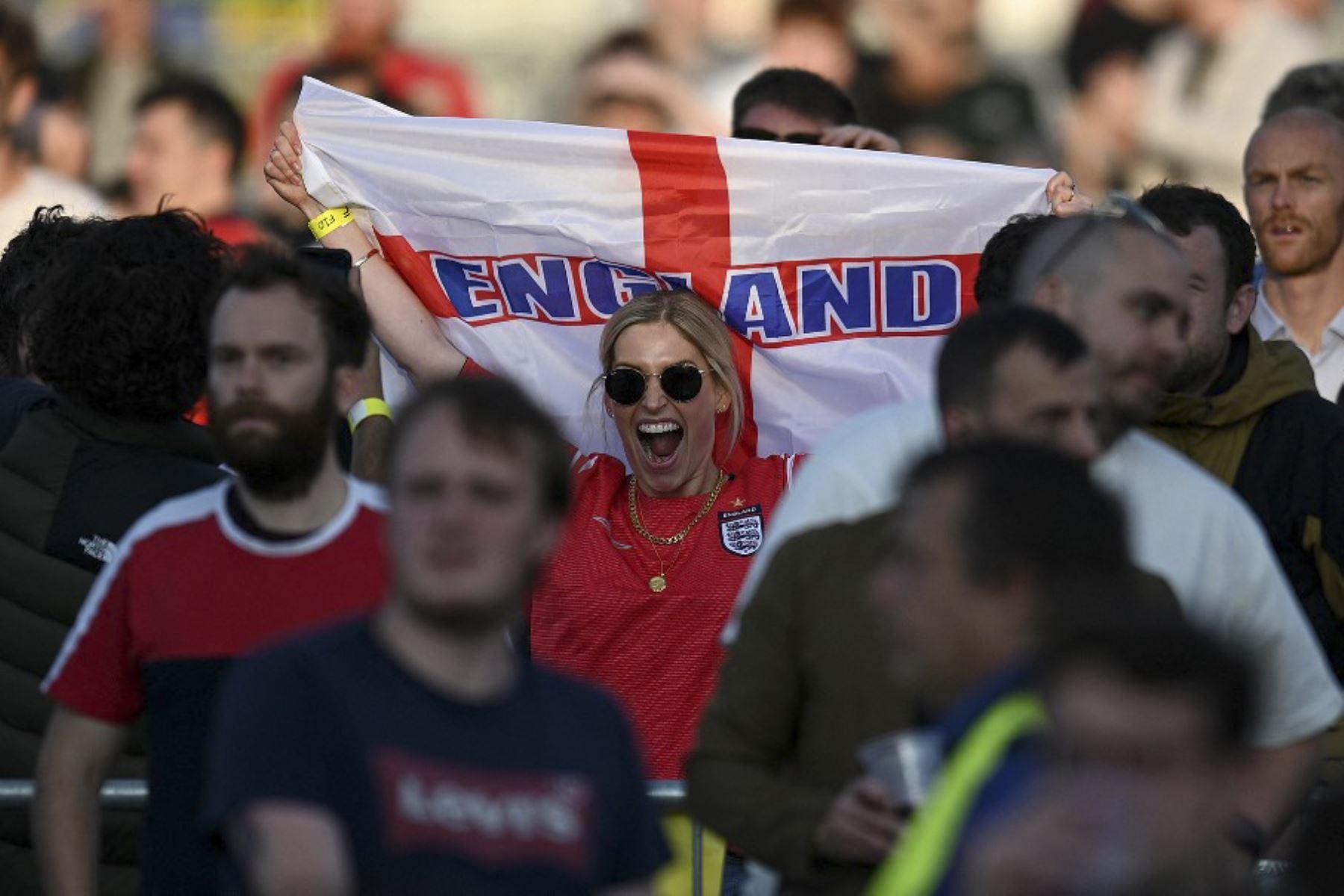 Los seguidores de Inglaterra reaccionan en el 4TheFans Fan Park en Manchester, mientras ven el partido de fútbol de la UEFA EURO 2020 entre Inglaterra y la República Checa, que se jugará en Londres el 22 de junio de 2021. Foto: AFP