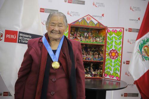 Mincetur condecora a Genoveva Nuñez, retablista peruana reconocida  como Amauta de la  Artesanía Peruana 2020