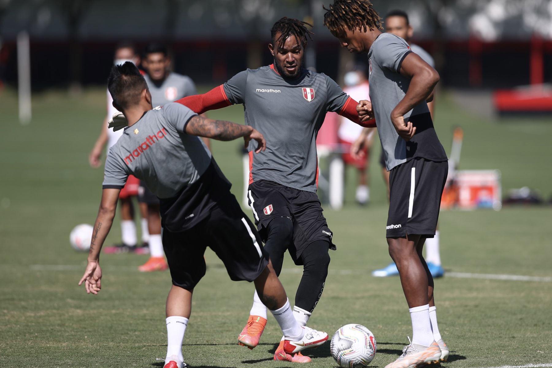 A un día del duelo ante Ecuador, la selección peruana continuó con su preparación en el campo de entrenamiento del Atlético Goianense con la mira puesta en afrontar su tercer encuentro en esta Copa América 2021. En la imagen André Carillo. Foto: Selección Peruana