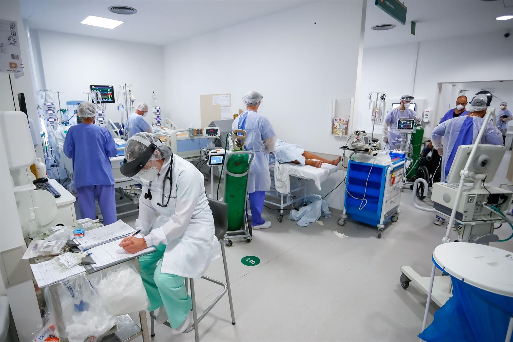 Personal médico trabaja en la unidad de cuidados intensivos del hospital de Clínicas, en Porto Alegre.