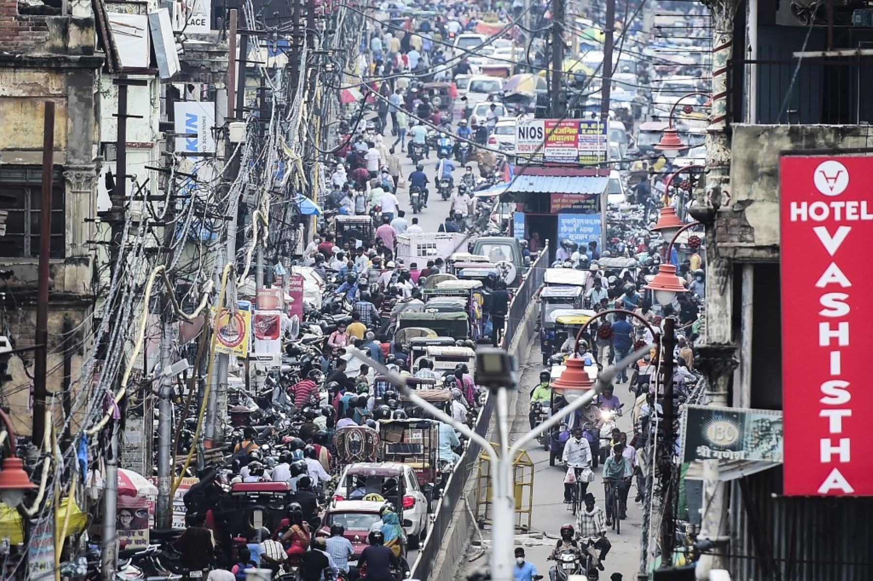 Los viajeros en sus vehículos se encuentran en un atasco después de que el gobierno alivió las restricciones impuestas como medida preventiva contra el coronavirus Covid-19, en Allahabad. Foto: AFP