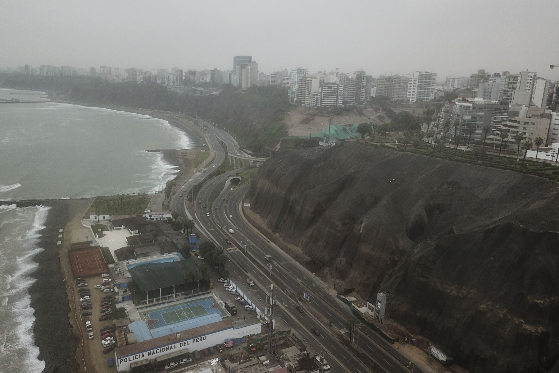 La Municipalidad de Lima anunció que la Costa Verde fue reabierta esta mañana tras su cierre por desprendimiento de piedras a causa del sismo de 6 grados que sacudió Lima anoche. Las autoridades competentes realizan trabajos de limpieza de la vía. Foto: ANDINA/Juan Carlos Guzmán