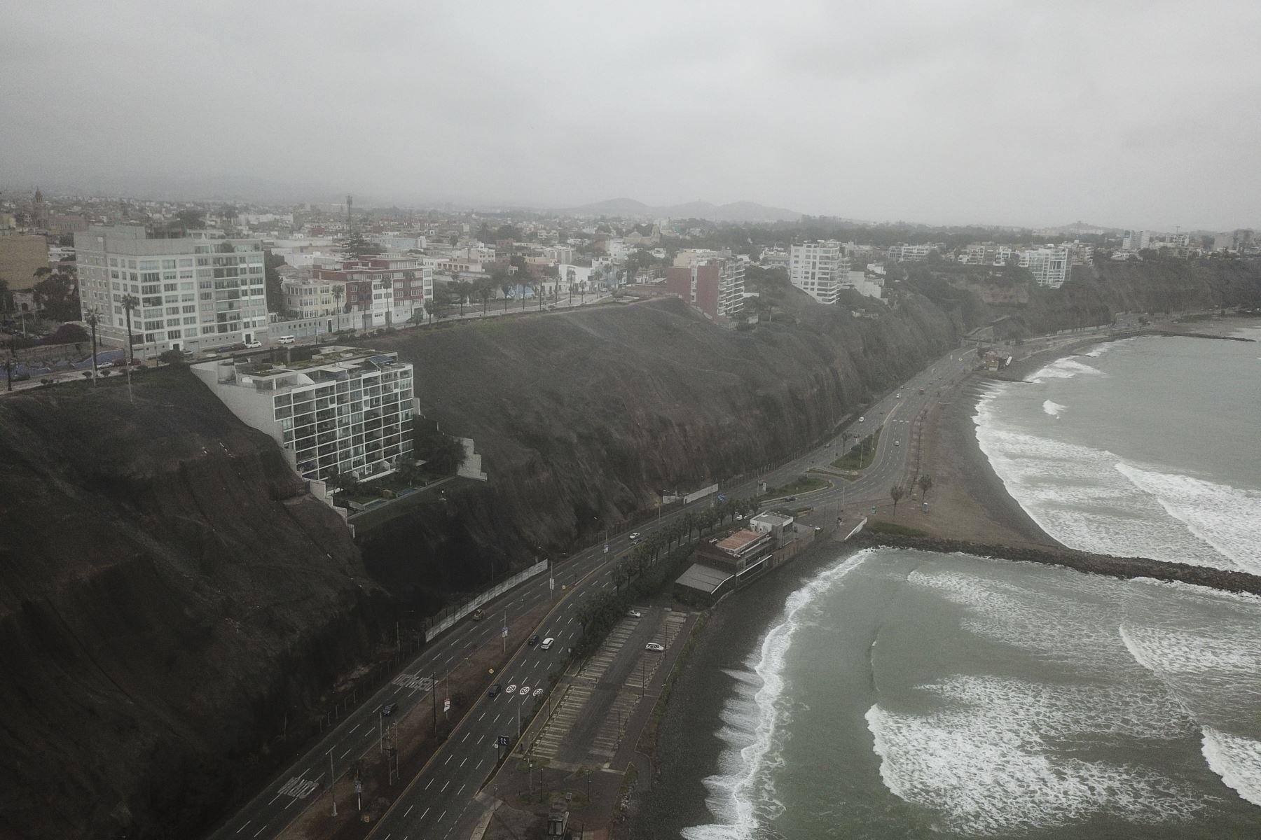 La Municipalidad de Lima anunció que la Costa Verde fue reabierta esta mañana tras su cierre por desprendimiento de piedras a causa del sismo de 6 grados que sacudió Lima anoche. Las autoridades competentes realizan trabajos de limpieza en la vía. Foto: ANDINA/Juan Carlos Guzmán
