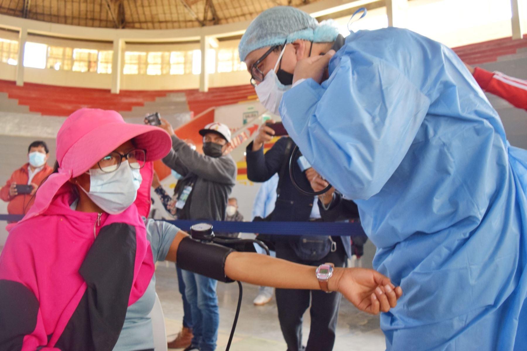 Personal de salud aplicó la primera dosis de la vacuna contra el COVID-19 a cuatro atletas huancaínos clasificados y que representarán a nuestro país en los Juegos Olímpicos y Paralímpicos de Tokio 2021. Foto: Difusión