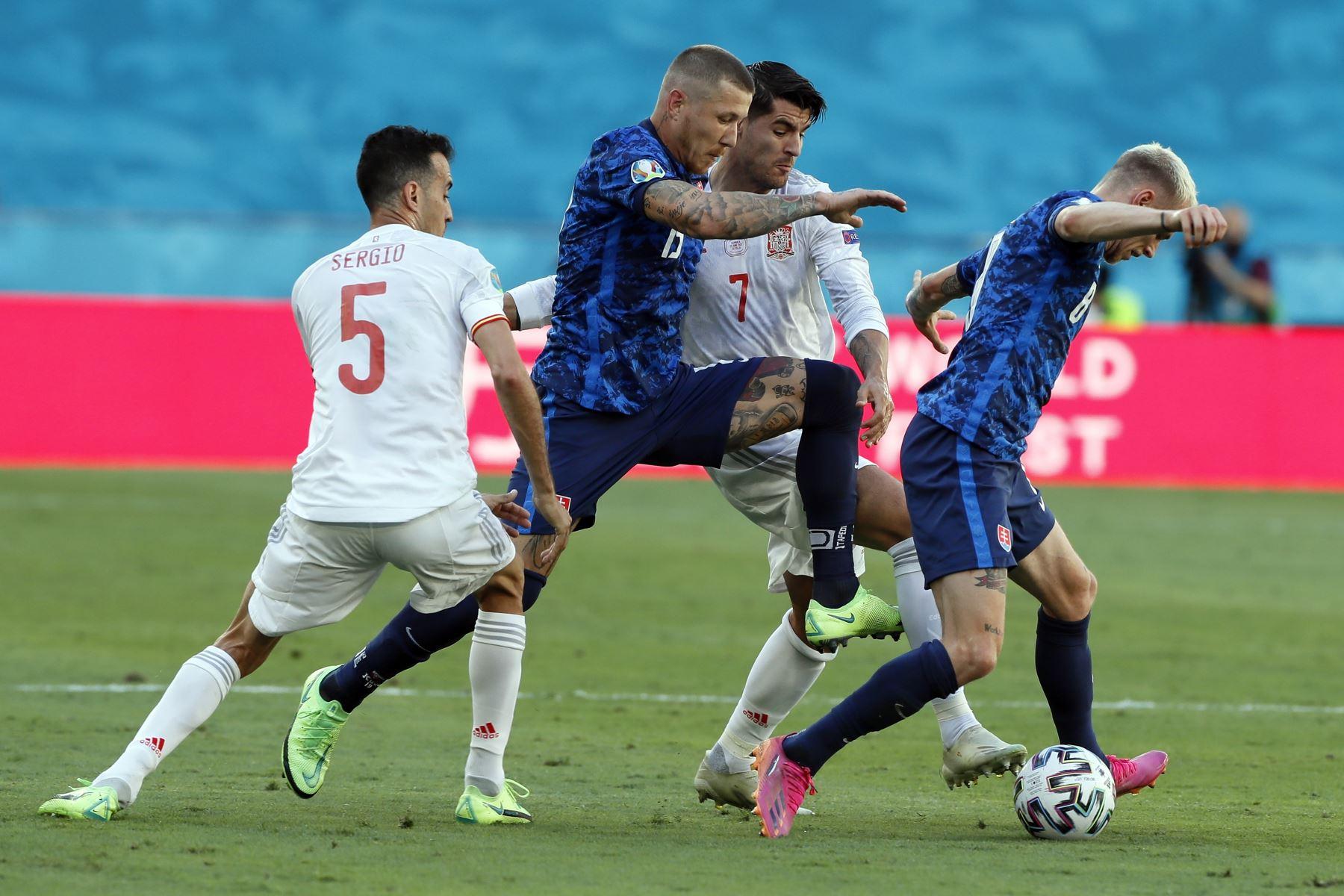 Juraj Kucka de Eslovaquia en acción contra Alvaro Morata de España durante el partido por el grupo E de la UEFA EURO 2020, en Sevilla. Foto. EFE