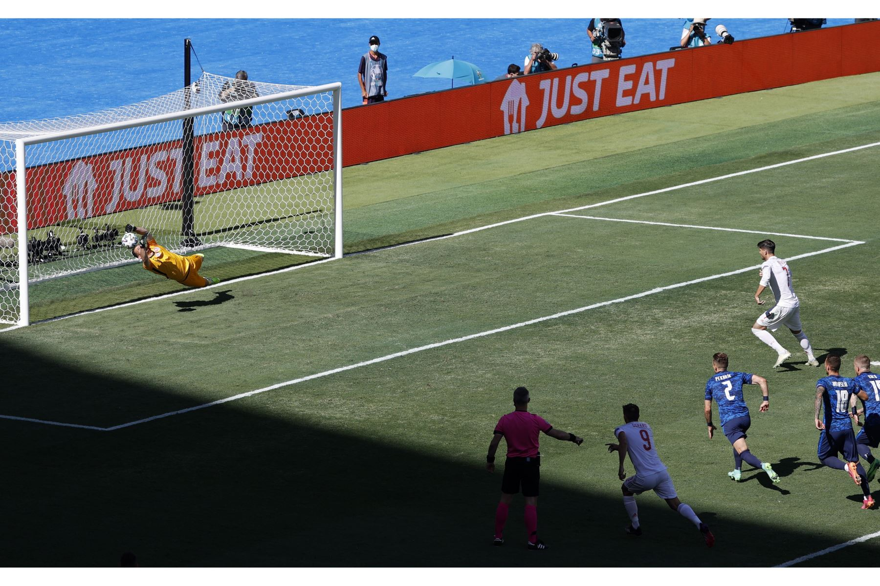 El portero Martin Dubravka de Eslovaquia ataja el penalti de Alvaro Morata de España durante el partido por el grupo E de la UEFA EURO, en Sevilla. Foto: EFE