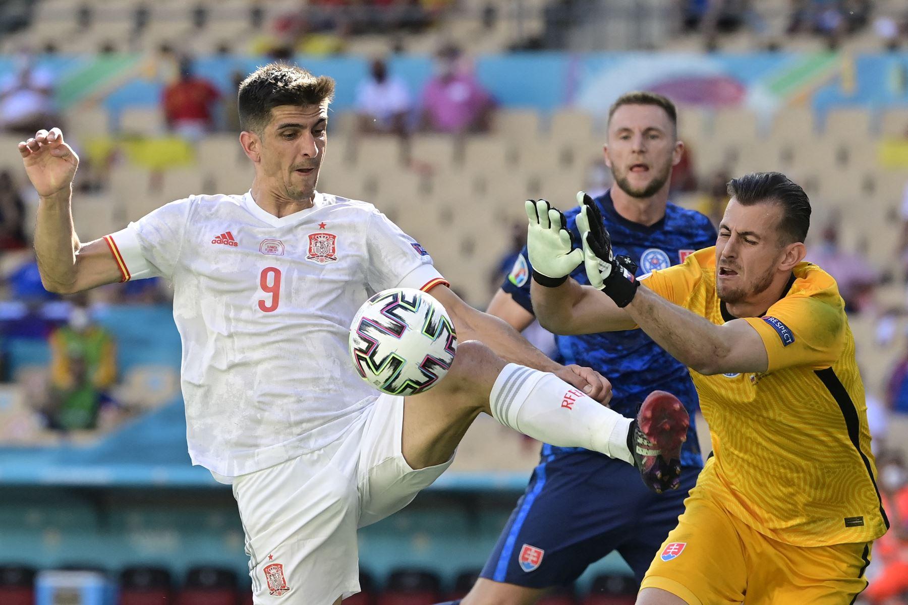 El delantero español Gerard es desafiado por el portero de Eslovaquia Martin Dubravka durante el partido por el Grupo E de la UEFA EURO, en Sevilla. Foto: AFP