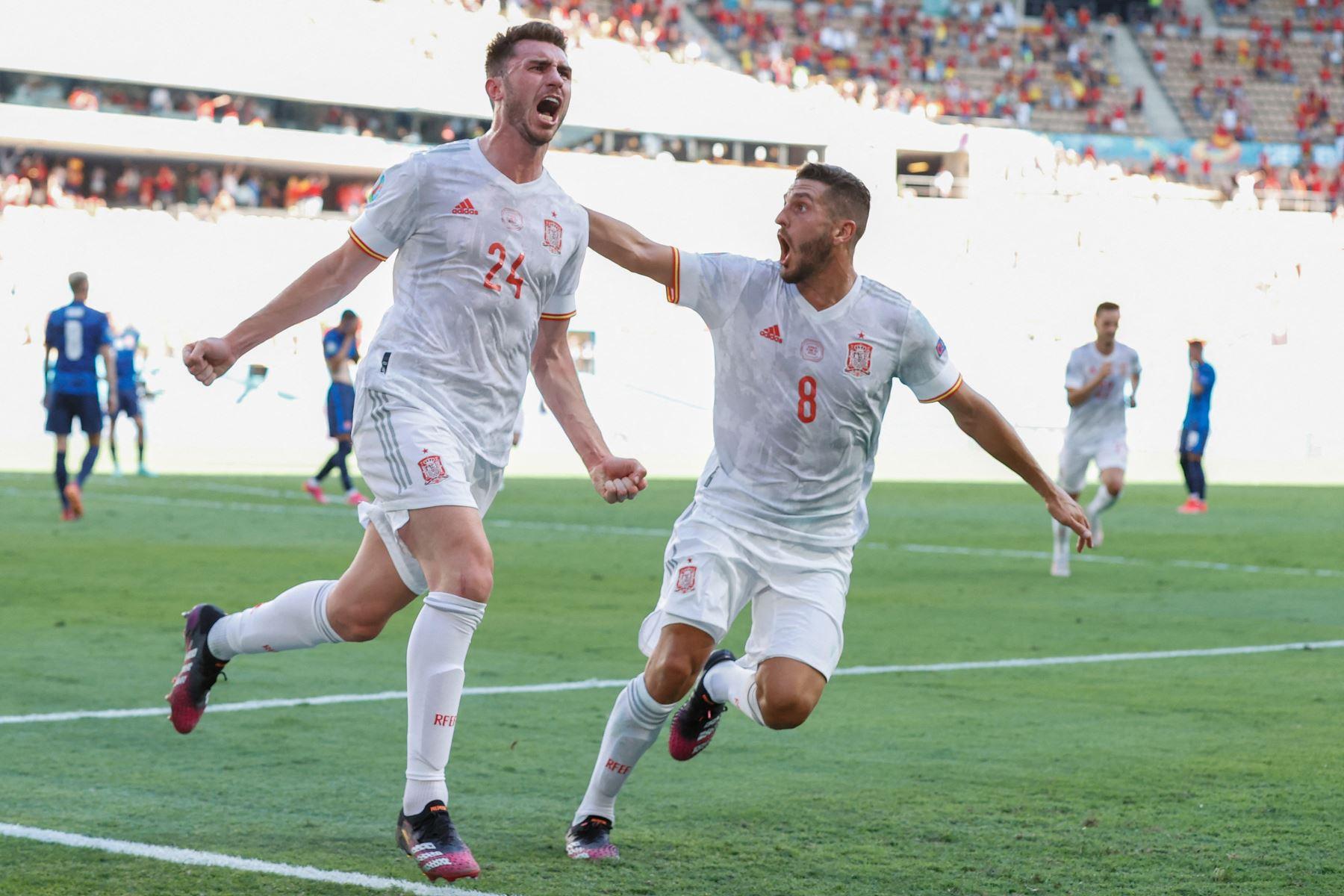 El defensa español Aymeric Laporte celebra tras anotar el segundo gol de su equipo con el centrocampista español Koke durante el partido por el Grupo E de la UEFA EURO, en Sevilla. Foto: AFP