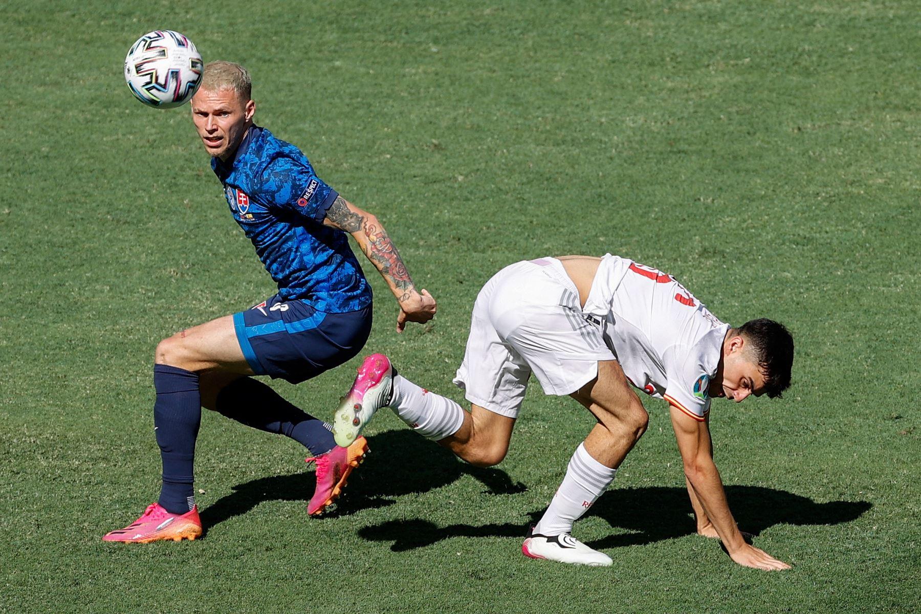 El centrocampista eslovaco Ondrej Duda es desafiado por el defensor español Eric García durante el partido por el Grupo E de la UEFA EURO 2020, en Sevilla. Foto: AFP