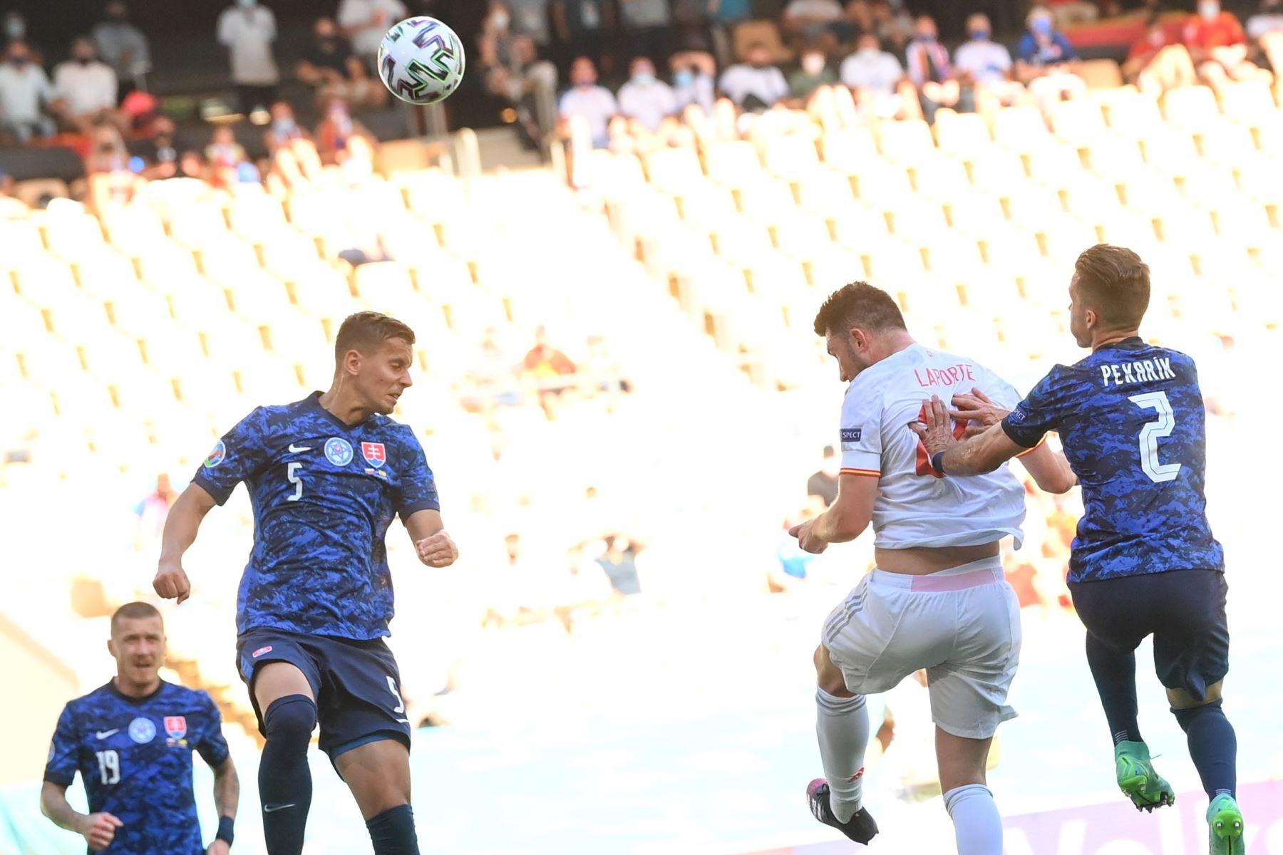 El español Aymeric Laporte marca el segundo gol del equipo durante el partido por la ronda preliminar del grupo E de la UEFA EURO 2020, en Sevilla, España. Foto: EFE