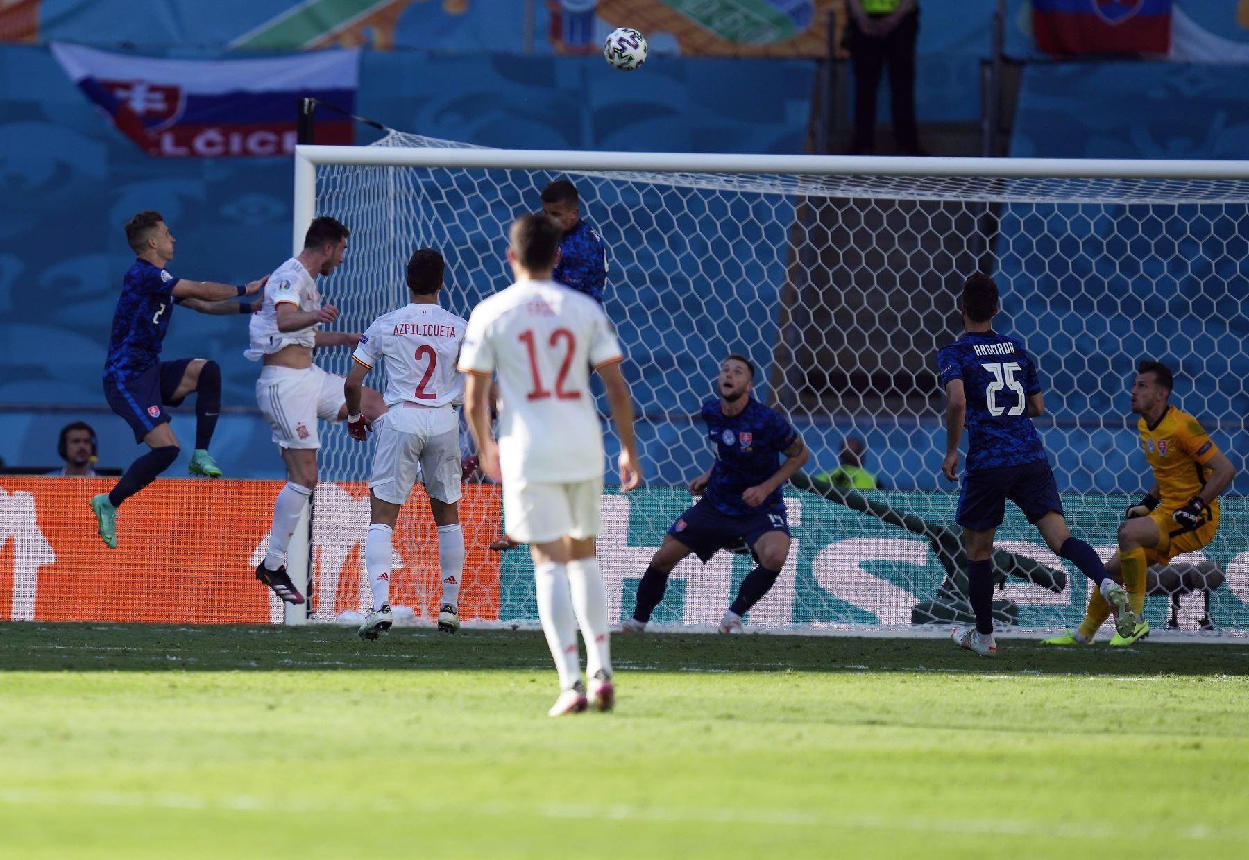 El español Aymeric Laporte marca el segundo gol de su equipo durante el partido de fútbol de la ronda preliminar del grupo E de la UEFA EURO 2020, en Sevilla. Foto: EFE