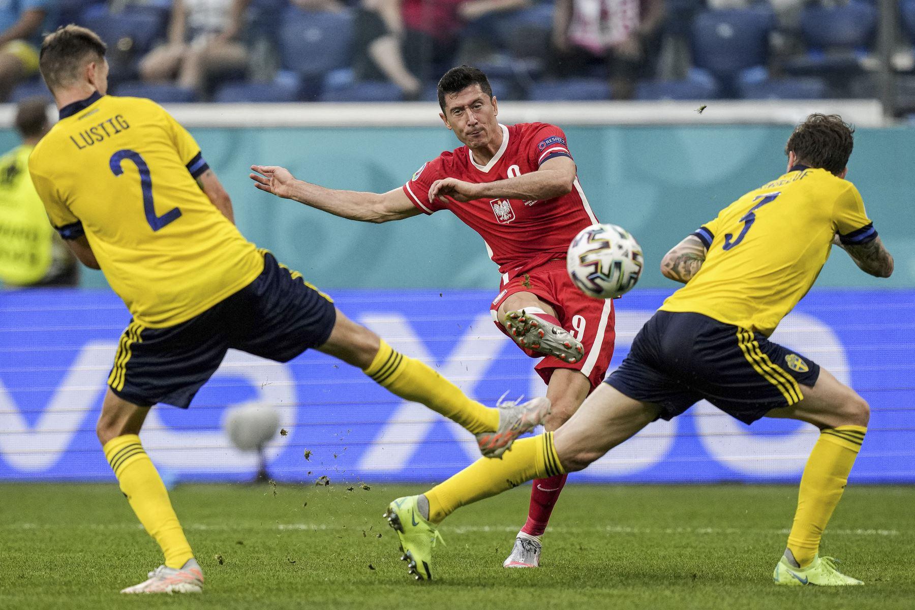 El delantero polaco Robert Lewandowski dispara y anota el primer gol de su equipo durante el partido por el Grupo E de la UEFA EURO 2020. Foto: AFP