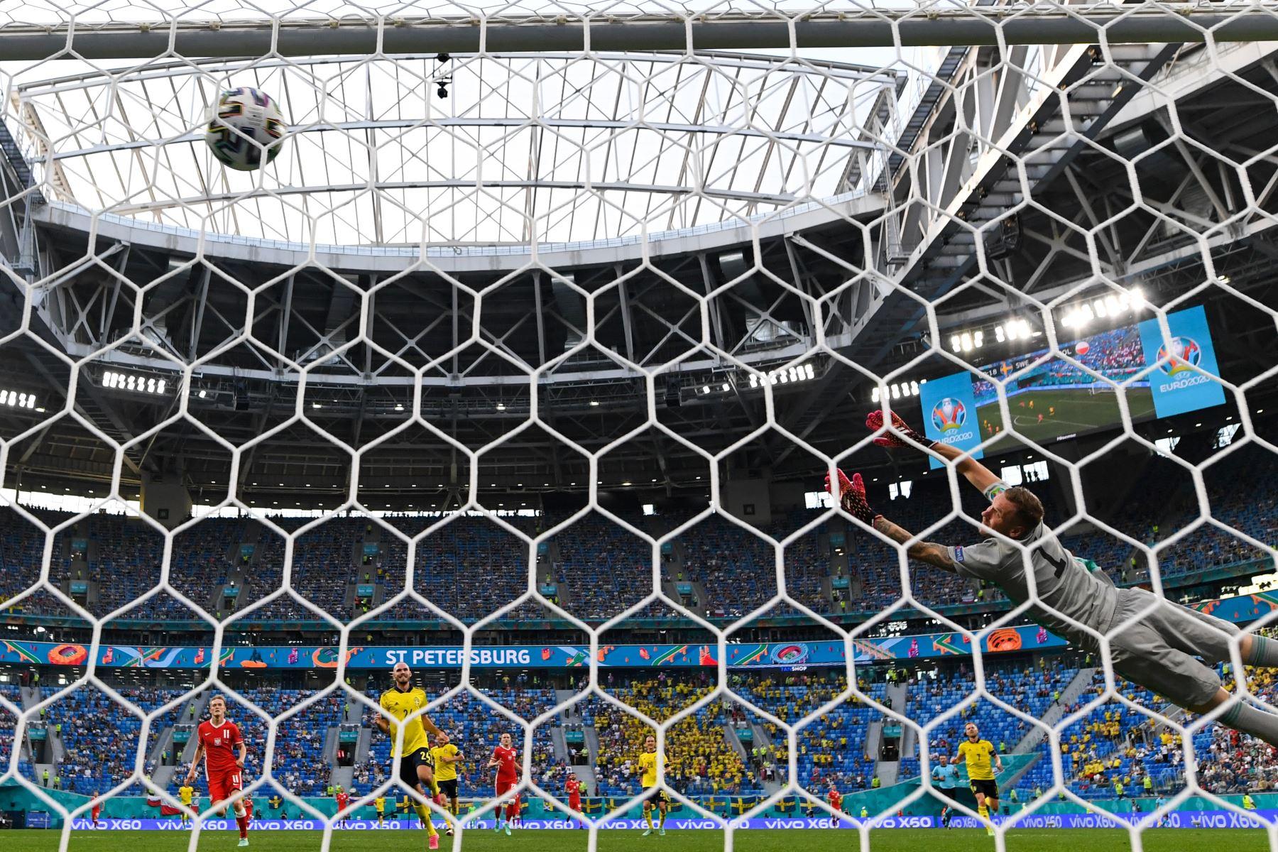 El portero sueco Robin Olsen no puede detener el disparo del delantero de Polonia Robert Lewandowski durante el partido por el Grupo E de la UEFA EURO 2020. Foto: AFP