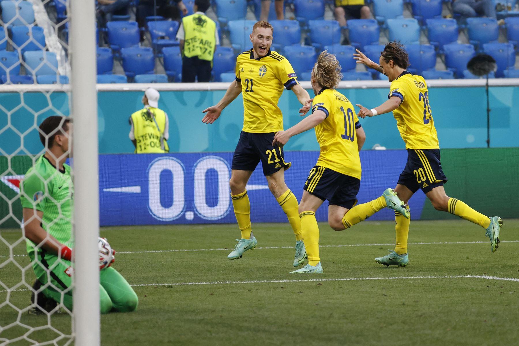 El centrocampista sueco Emil Forsberg celebra con sus compañeros de equipo después de marcar el segundo gol de su equipo durante el partido por el Grupo E de la UEFA EURO 2020. Foto: AFP