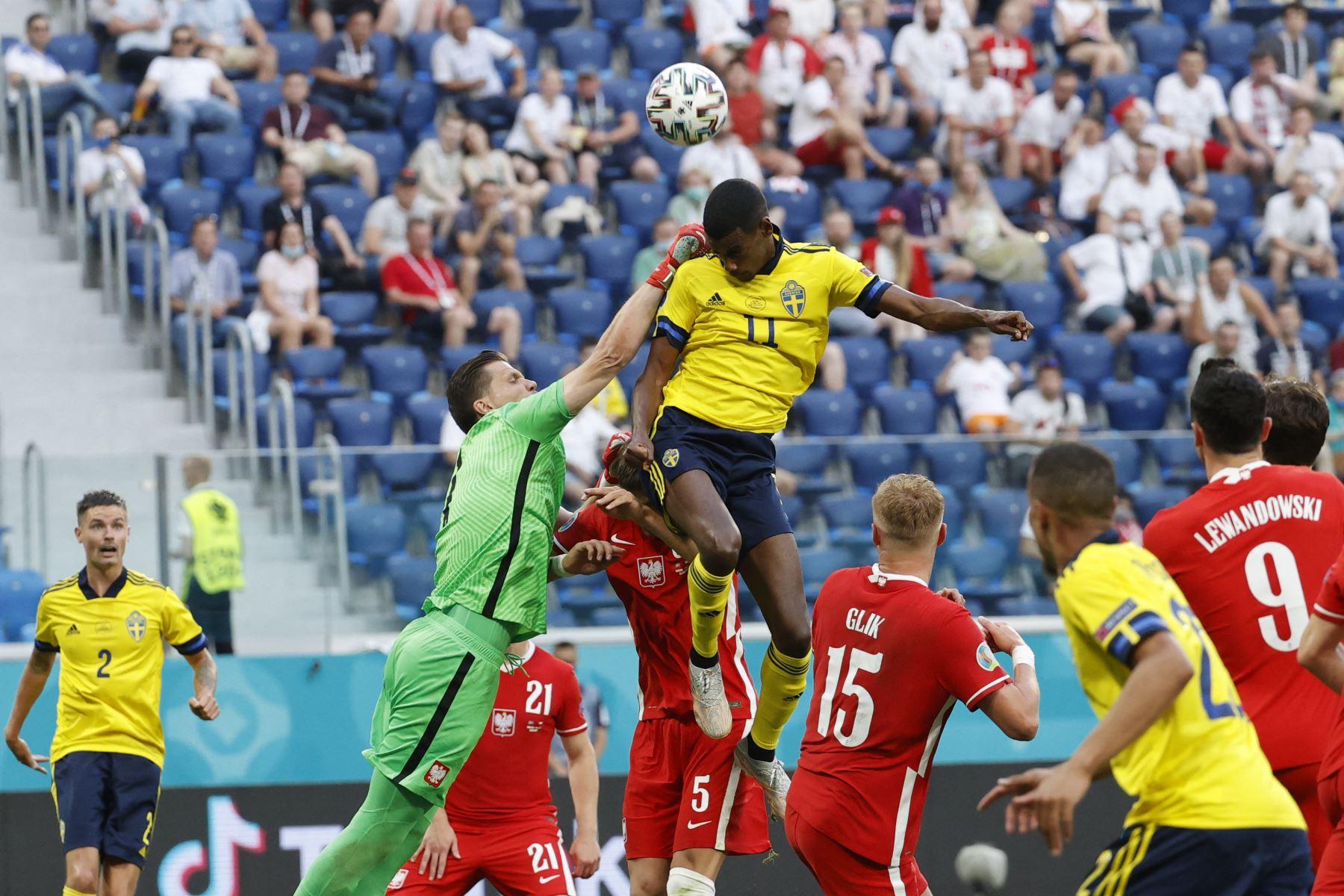 El delantero de Suecia Alexander Isak y el portero de Polonia Wojciech Szczesny saltan por el balón durante el partido por el Grupo E de la UEFA EURO 2020. Foto: AFP