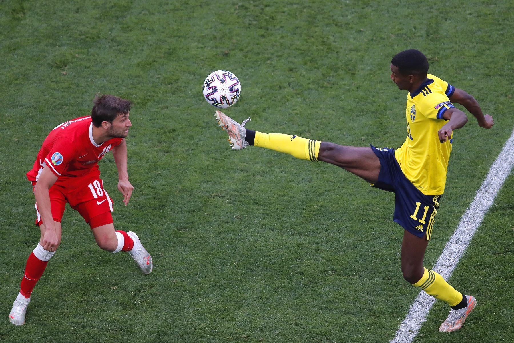 Alexander Isak de Suecia en acción contra Bartosz Bereszynski de Polonia durante el partido por la ronda preliminar del grupo E de la UEFA EURO 2020. Foto: EFE