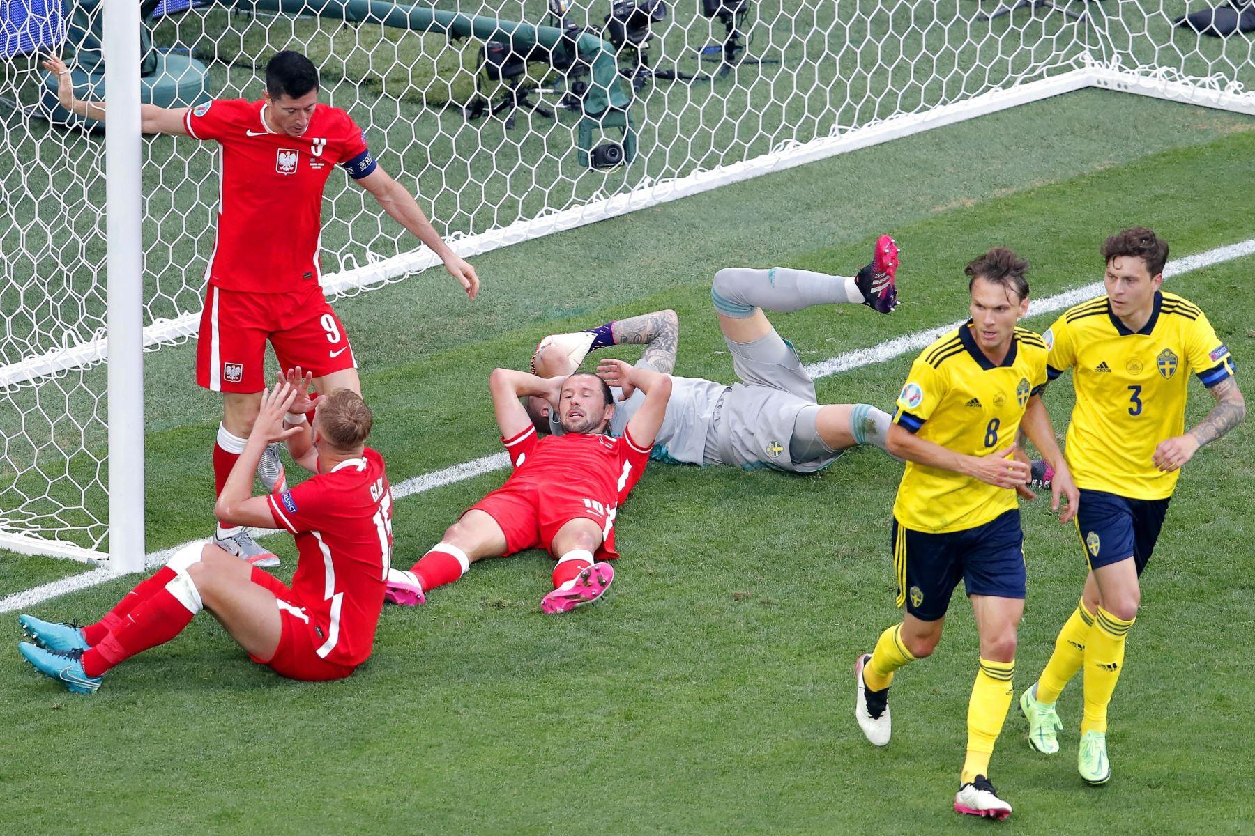 El polaco Robert Lewandowski reacciona tras golpear el travesaño durante el partido por la ronda preliminar del grupo E de la UEFA EURO 2020. Foto: EFE