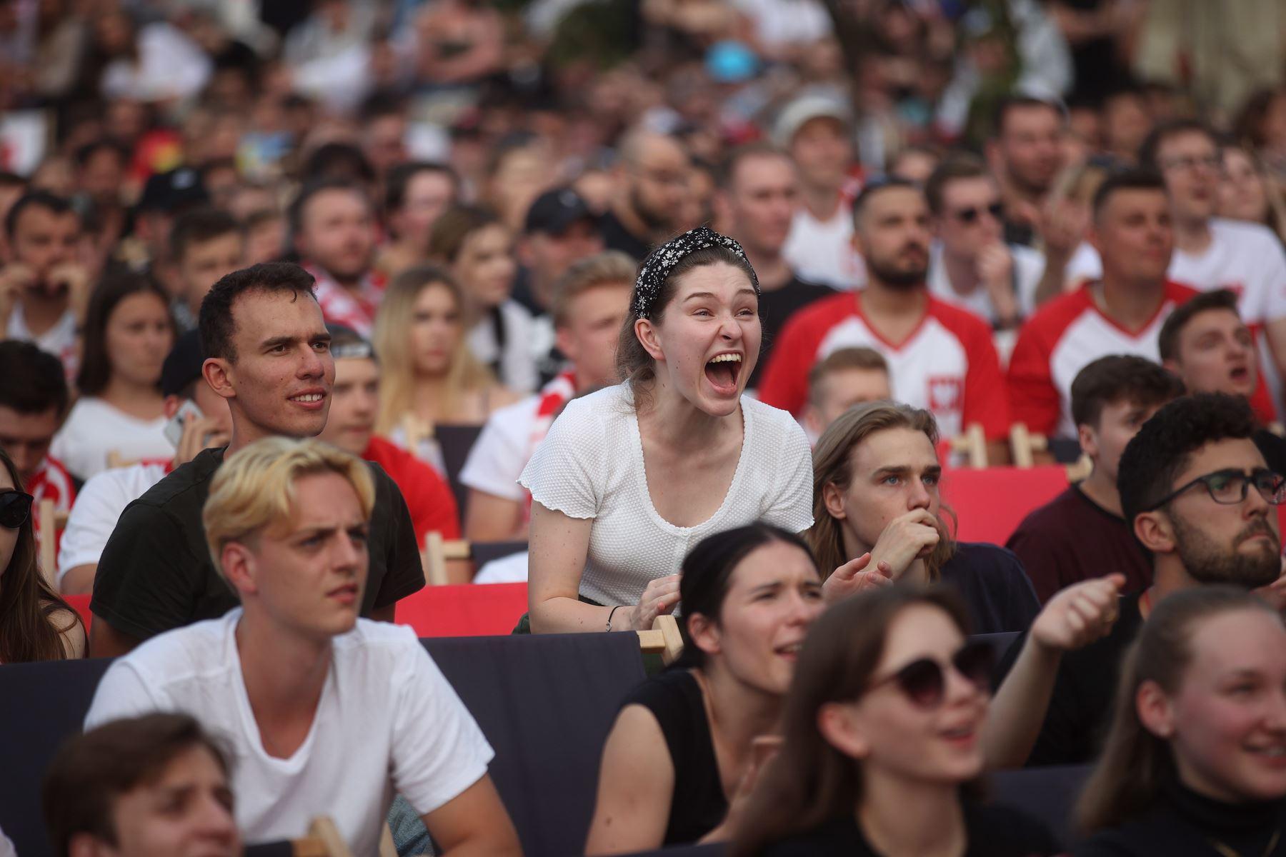 La afición polaca reacciona durante el partido de la ronda preliminar del grupo E de la UEFA EURO 2020, en la Fan Zone de Cracovia, sur de Polonia. Foto: EFE