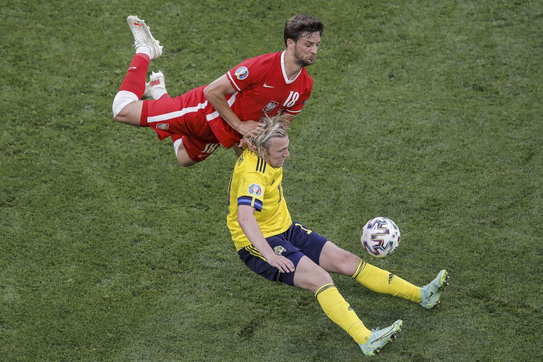 El defensor polaco Bartosz Bereszynski lucha por el balón con el mediocampista sueco Emil Forsberg durante el partido por el Grupo E de la UEFA EURO 2020. Foto: AFP
