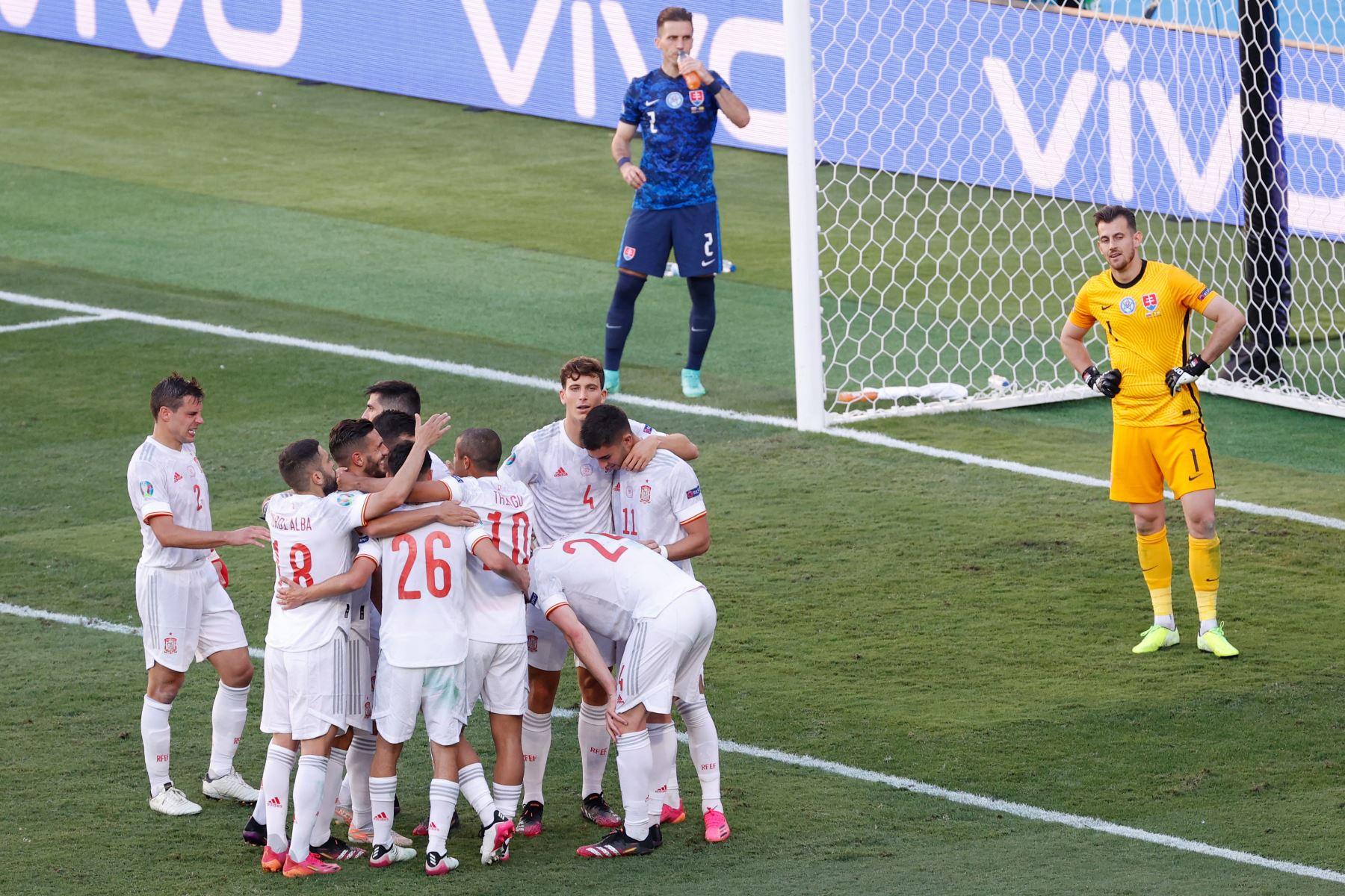 Los jugadores de España celebran el quinto gol de su equipo durante el partido por el Grupo E de la UEFA EURO 2020. Foto: AFP