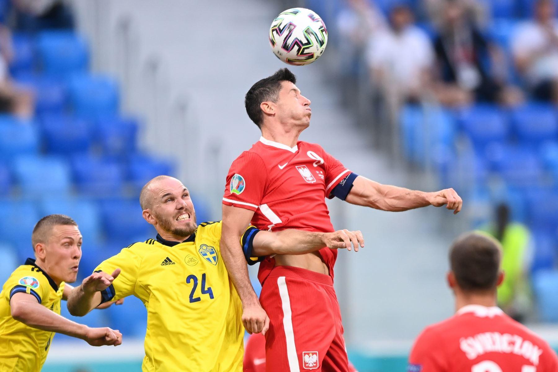 El polaco Robert Lewandowski va a por un cabezazo durante el partido de fútbol de la ronda preliminar del grupo E de la UEFA EURO 2020. Foto: EFE