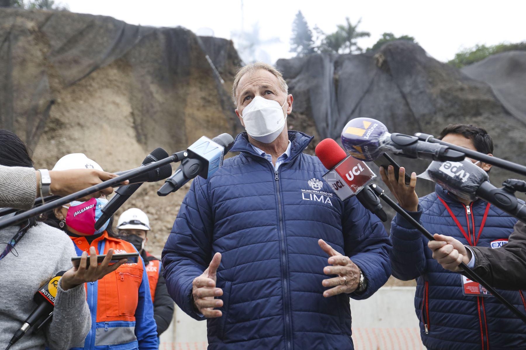 E alcalde de Lima, Jorge Muñoz, supervisa labores de limpieza en Costa Verde tras sismo de 6 grados que generó desprendimientos de piedras en la vía. Foto: MML
