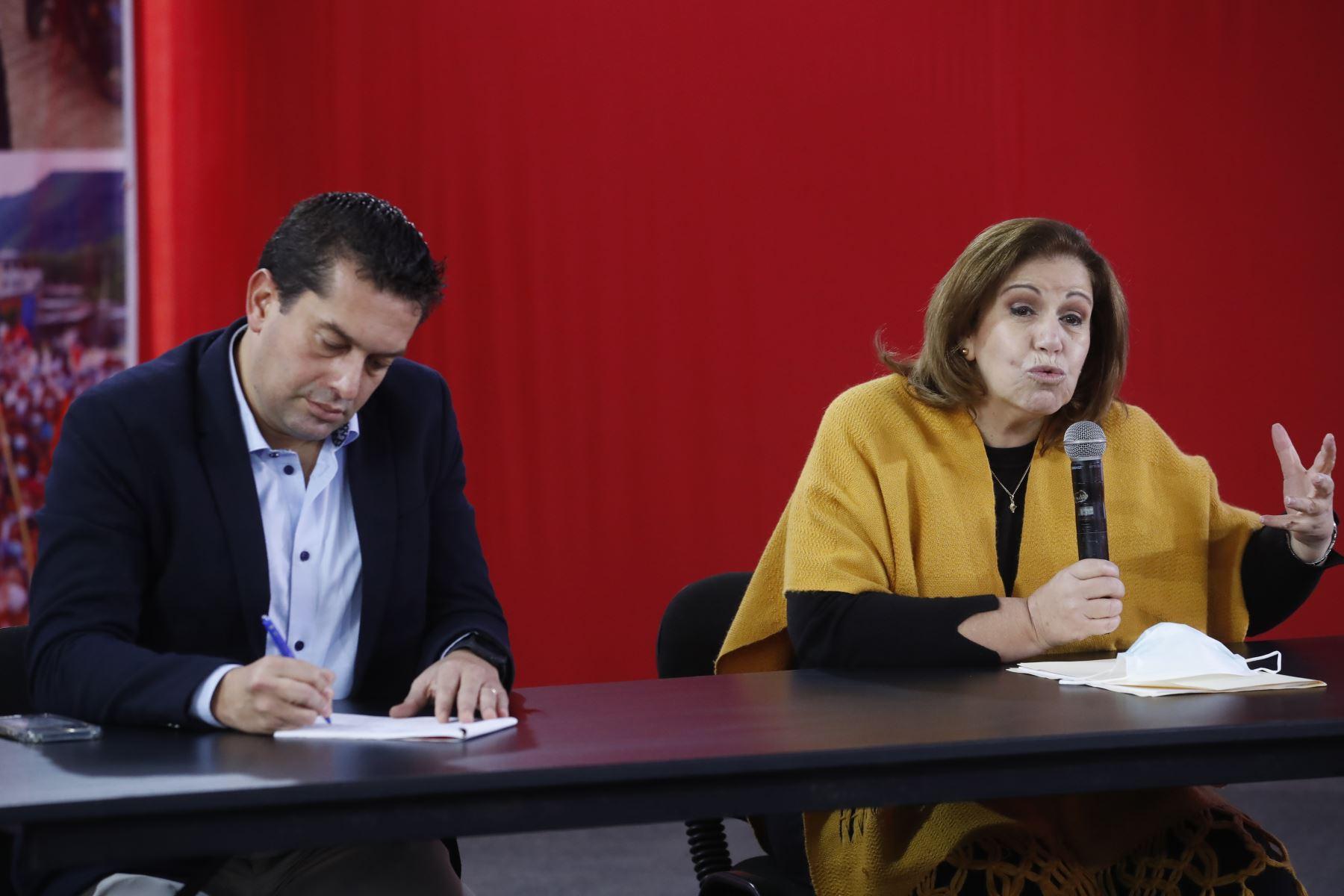 Miki Torres de Fuerza Popular junto a Lourdes Flores Nano en conferencia de prensa tras audiencia del JNE. Foto: ANDINA/Juan Carlos Guzmán