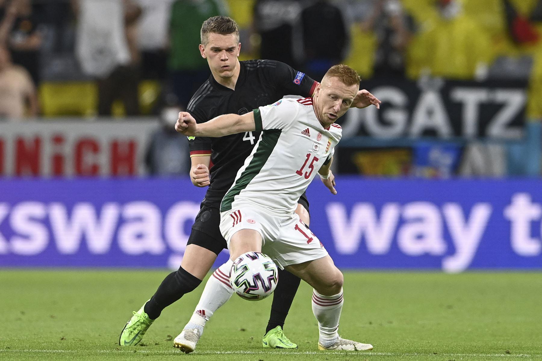 El centrocampista húngaro Laszlo Kleinheisler y el defensor alemán Matthias Ginter compiten por el balón durante el partido por el del Grupo F de la UEFA EURO 2020. Foto: AFP