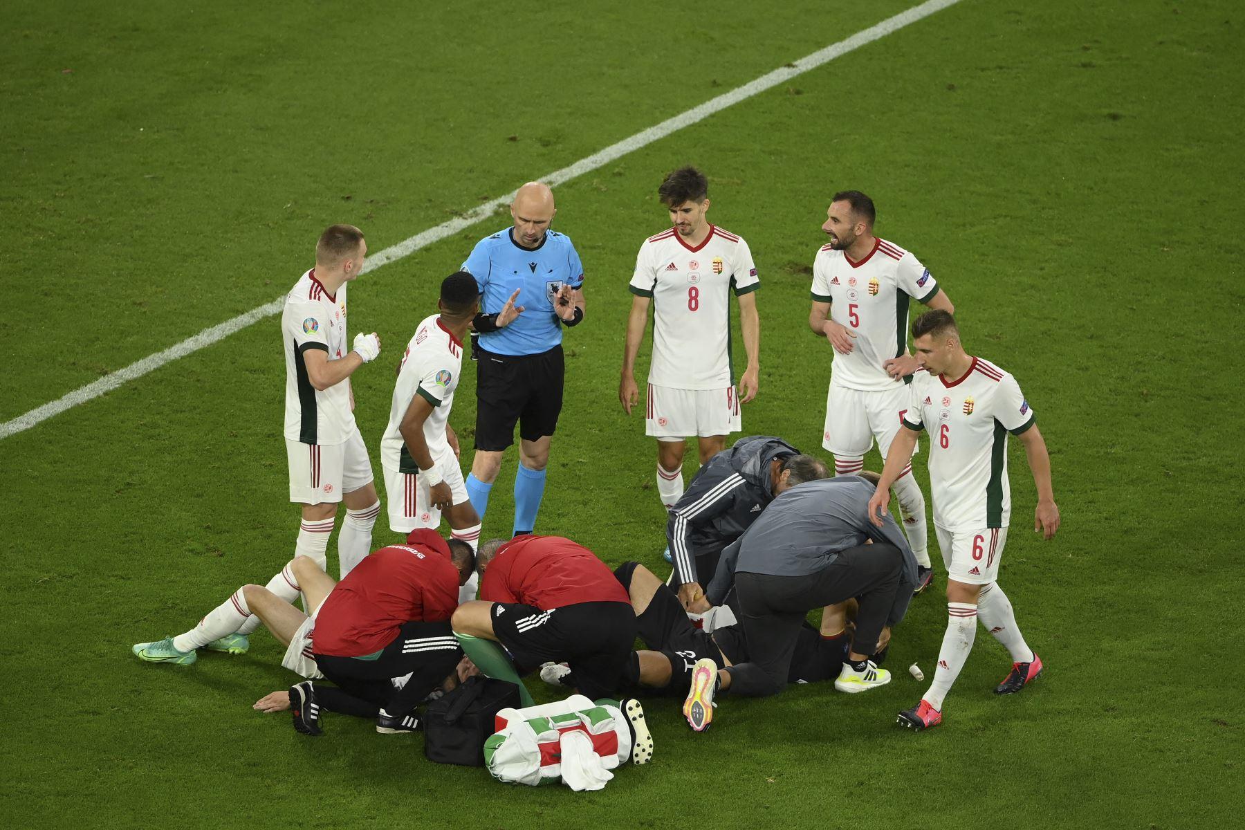 El mediocampista húngaro Andras Schafer y el mediocampista alemán Ilkay Gundogan reciben atención médica tras una colisión durante el partido por el Grupo F de la UEFA EURO 2020. Foto: AFP