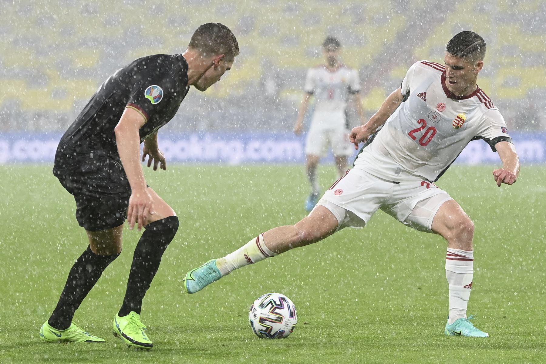 El defensor alemán Matthias Ginter y el delantero húngaro Roland Sallai compiten por el balón durante el partido por del Grupo F de la UEFA EURO 2020. Foto: AFP