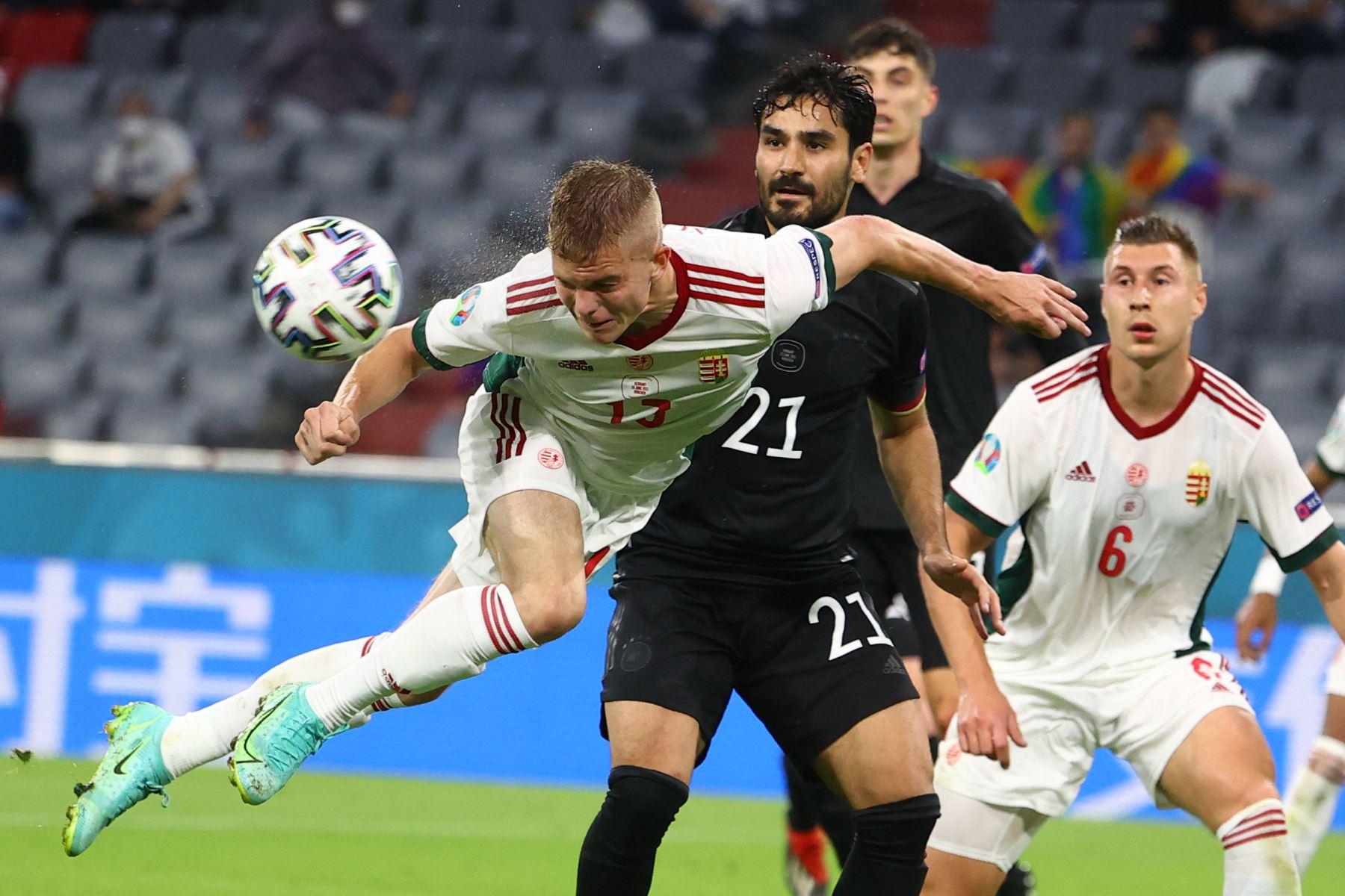 El centrocampista húngaro Andras Schafer cabecea el balón durante el partido por el Grupo F de la UEFA EURO 2020. Foto: AFP