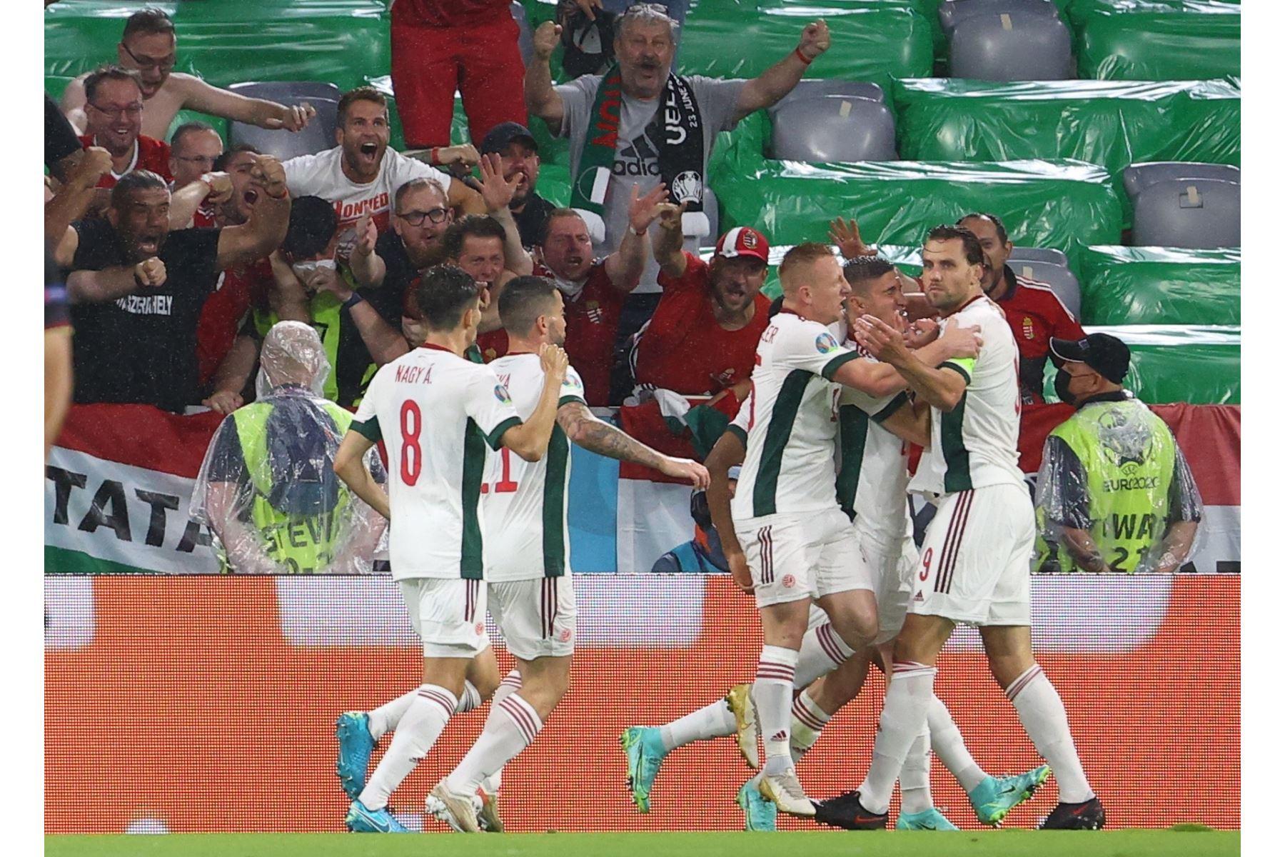 Adam Szalai de Hungría celebra con sus compañeros de equipo tras marcar el 0-1 en el partido preliminar del grupo F de la UEFA EURO 2020. Foto: AFP