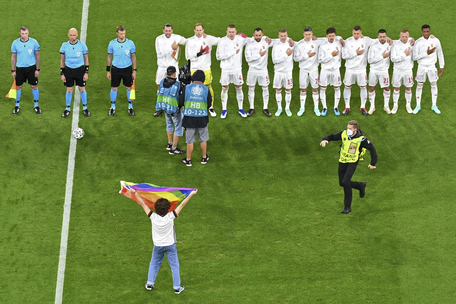 Activista con bandera arcoíris ingresó la cancha durante el partido entre Alemania y Hungría por el Grupo F de la UEFA EURO 2020, en el Allianz Arena de Munich. Foto: AFP