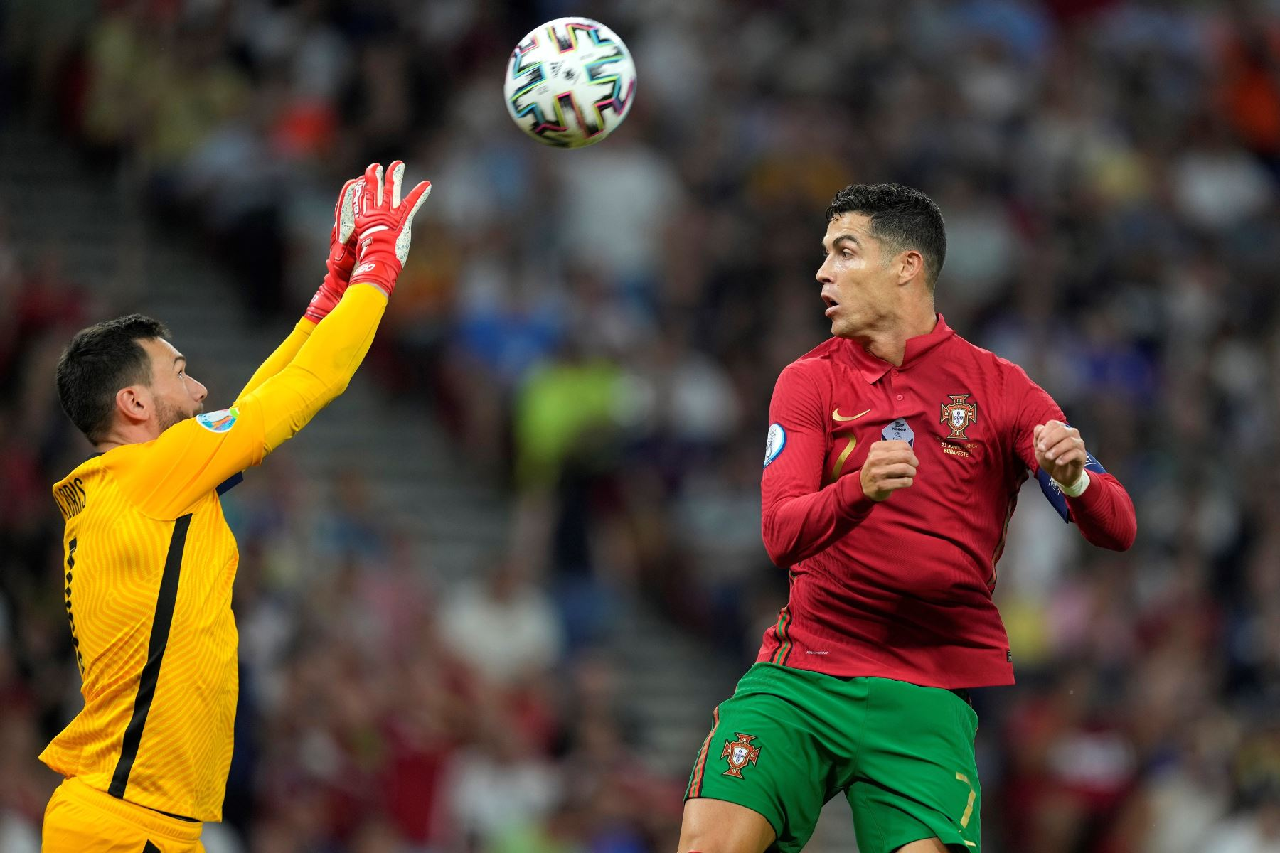Cristiano Ronaldo de Portugal en acción contra Hugo Lloris de Francia durante el partido por la ronda preliminar del grupo F de la UEFA EURO 2020, en Budapest, Hungría. Foto: EFE